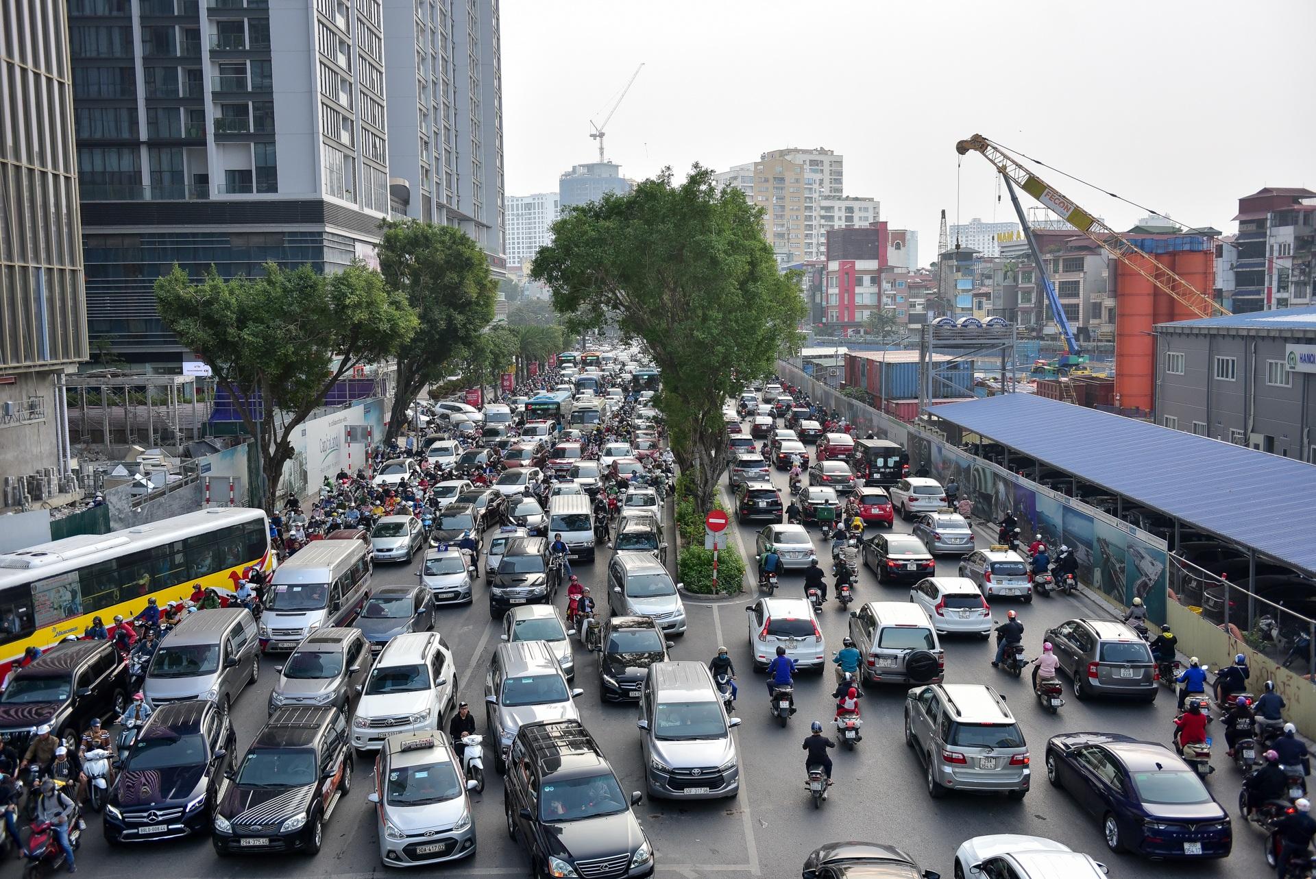 Vật vã băng qua nút giao thông rối loạn bậc nhất Hà Nội - 2