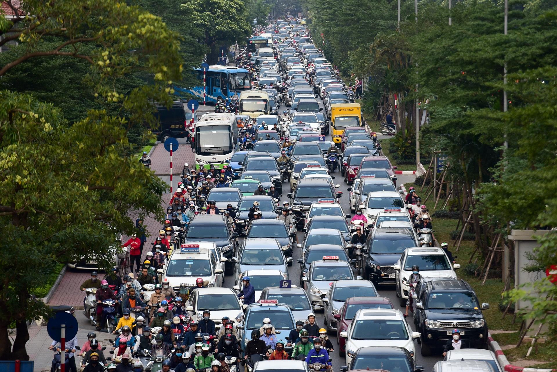 Vật vã băng qua nút giao thông rối loạn bậc nhất Hà Nội - 6