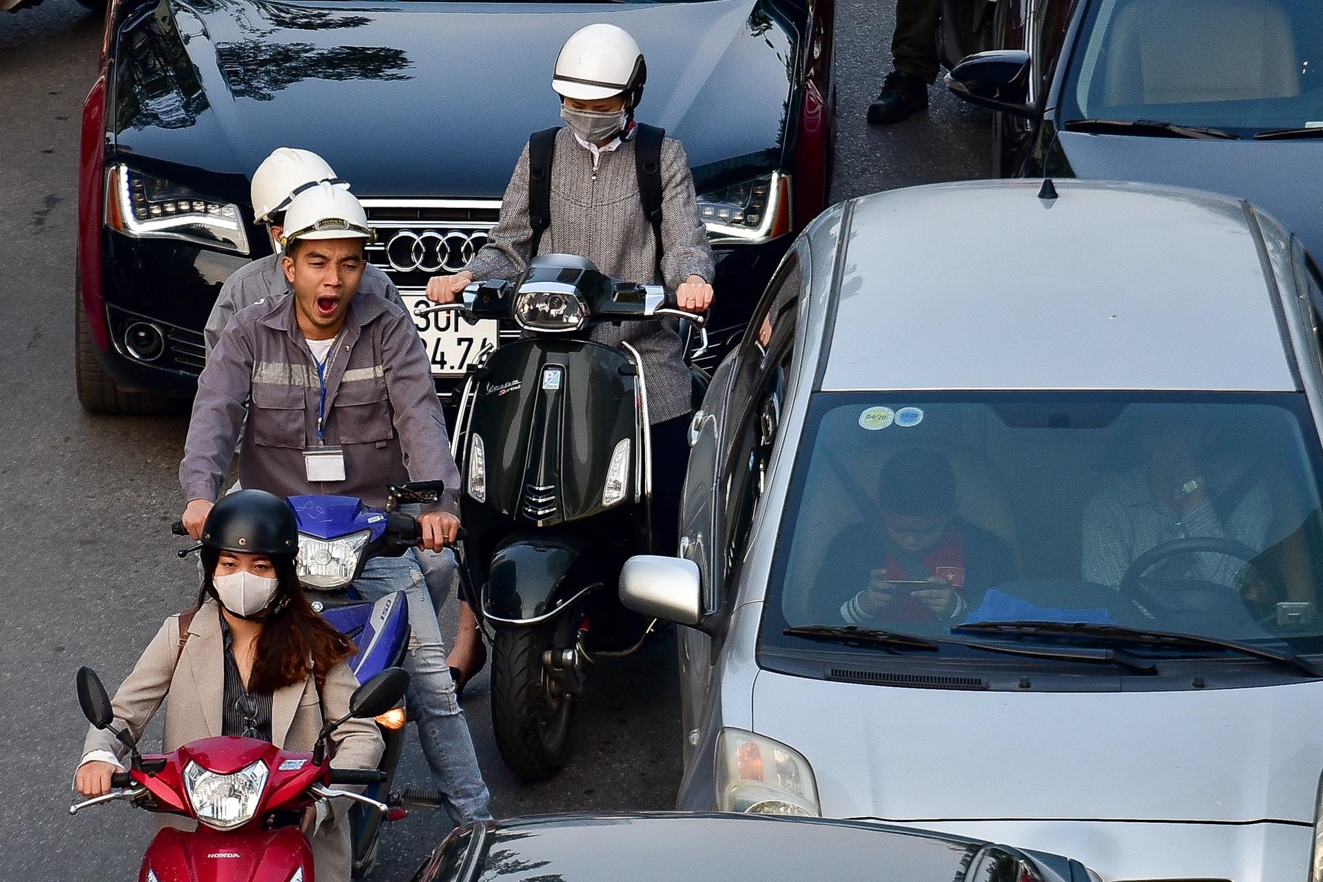 Vật vã băng qua nút giao thông rối loạn bậc nhất Hà Nội - 7