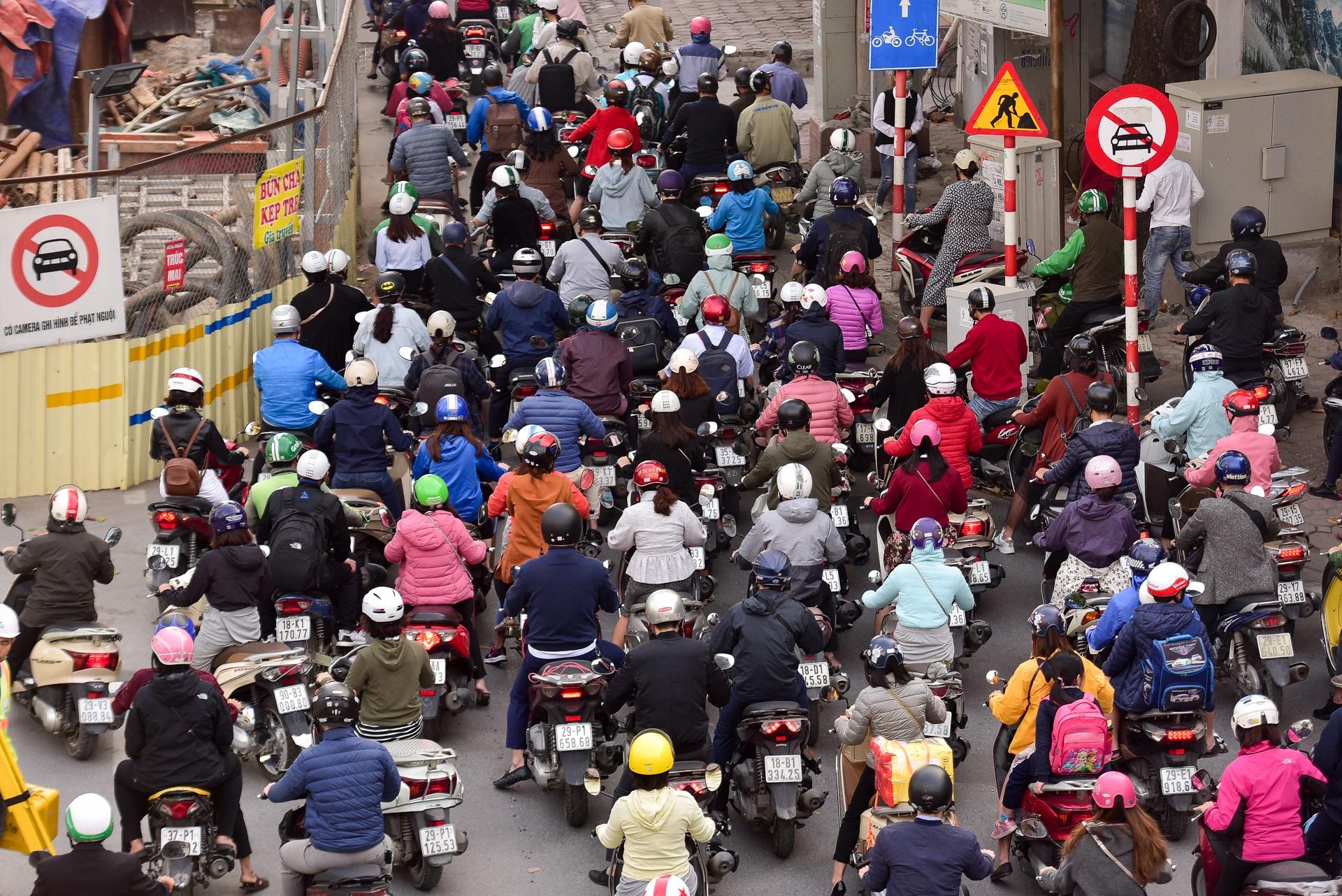 Vật vã băng qua nút giao thông rối loạn bậc nhất Hà Nội - 19