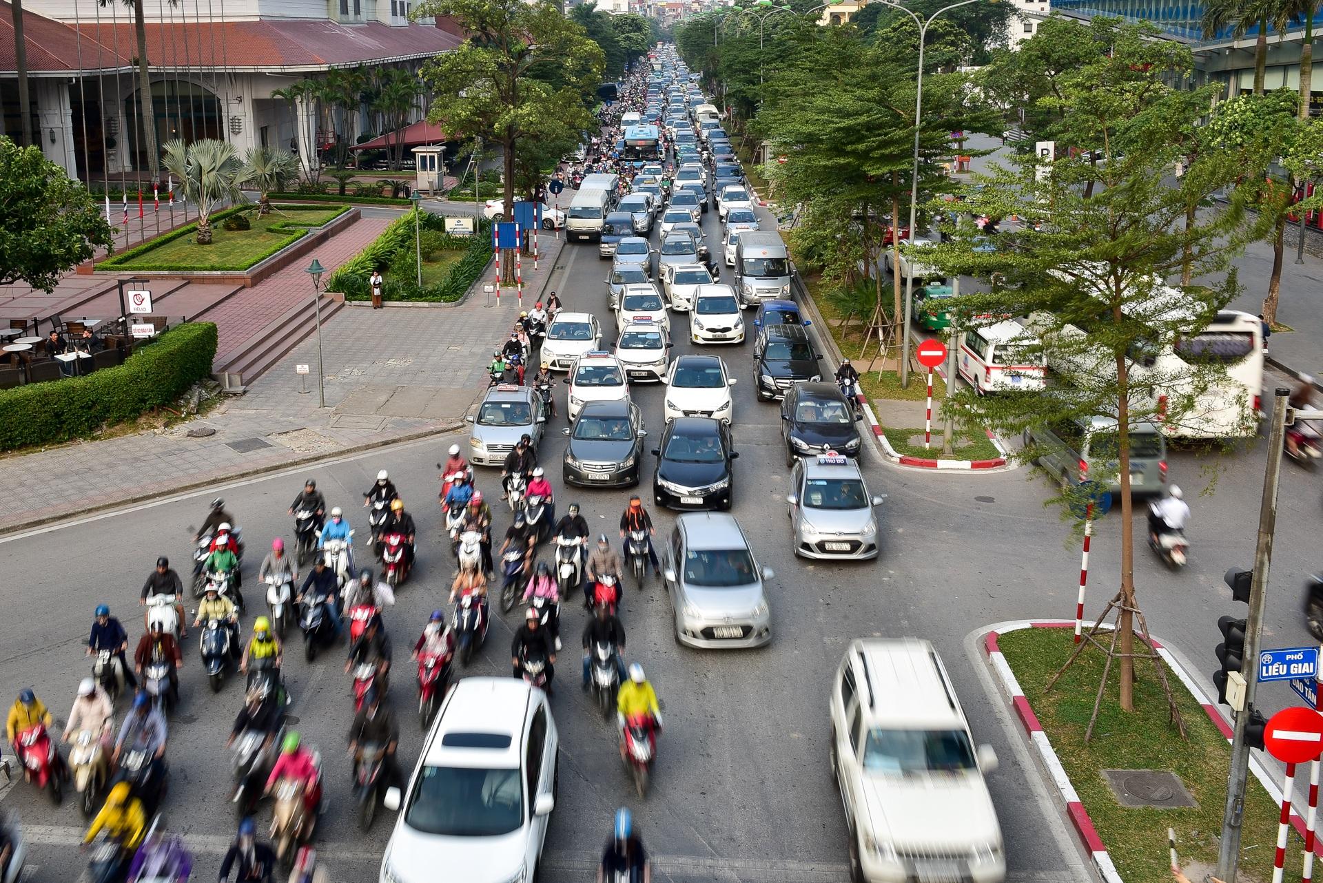 Vật vã băng qua nút giao thông rối loạn bậc nhất Hà Nội - 11
