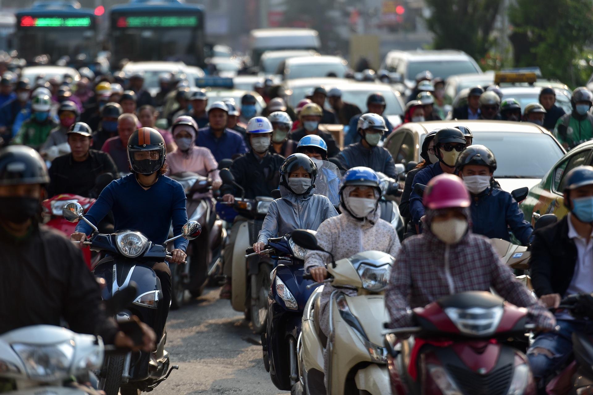 Vật vã băng qua nút giao thông rối loạn bậc nhất Hà Nội - 15