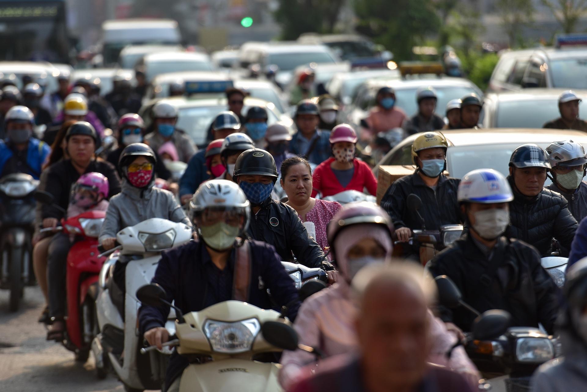 Vật vã băng qua nút giao thông rối loạn bậc nhất Hà Nội - 18