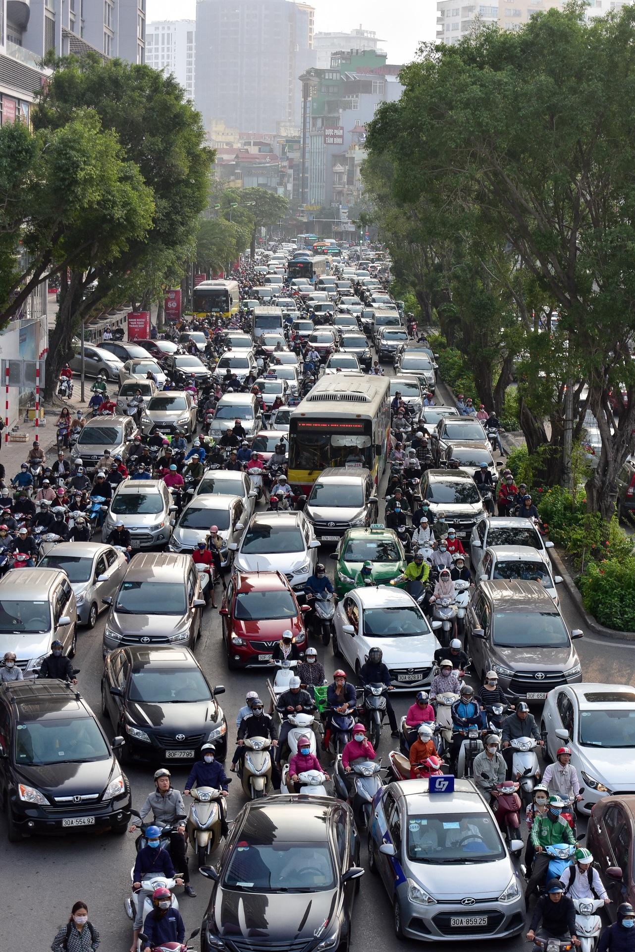 Vật vã băng qua nút giao thông rối loạn bậc nhất Hà Nội - 12