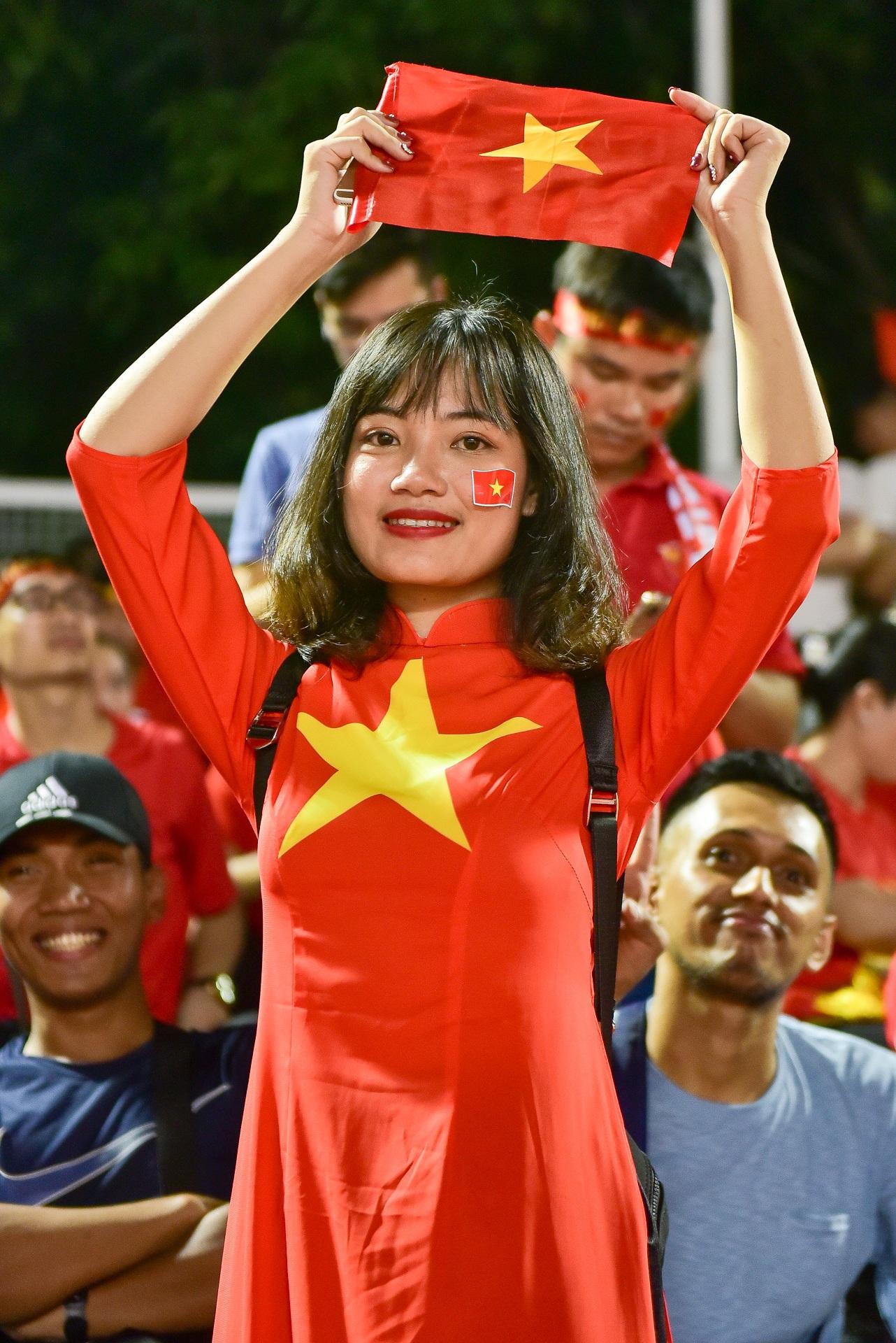 CĐV Việt Nam muốn biến sân Rizal Memorial thành Mỹ Đình - 6