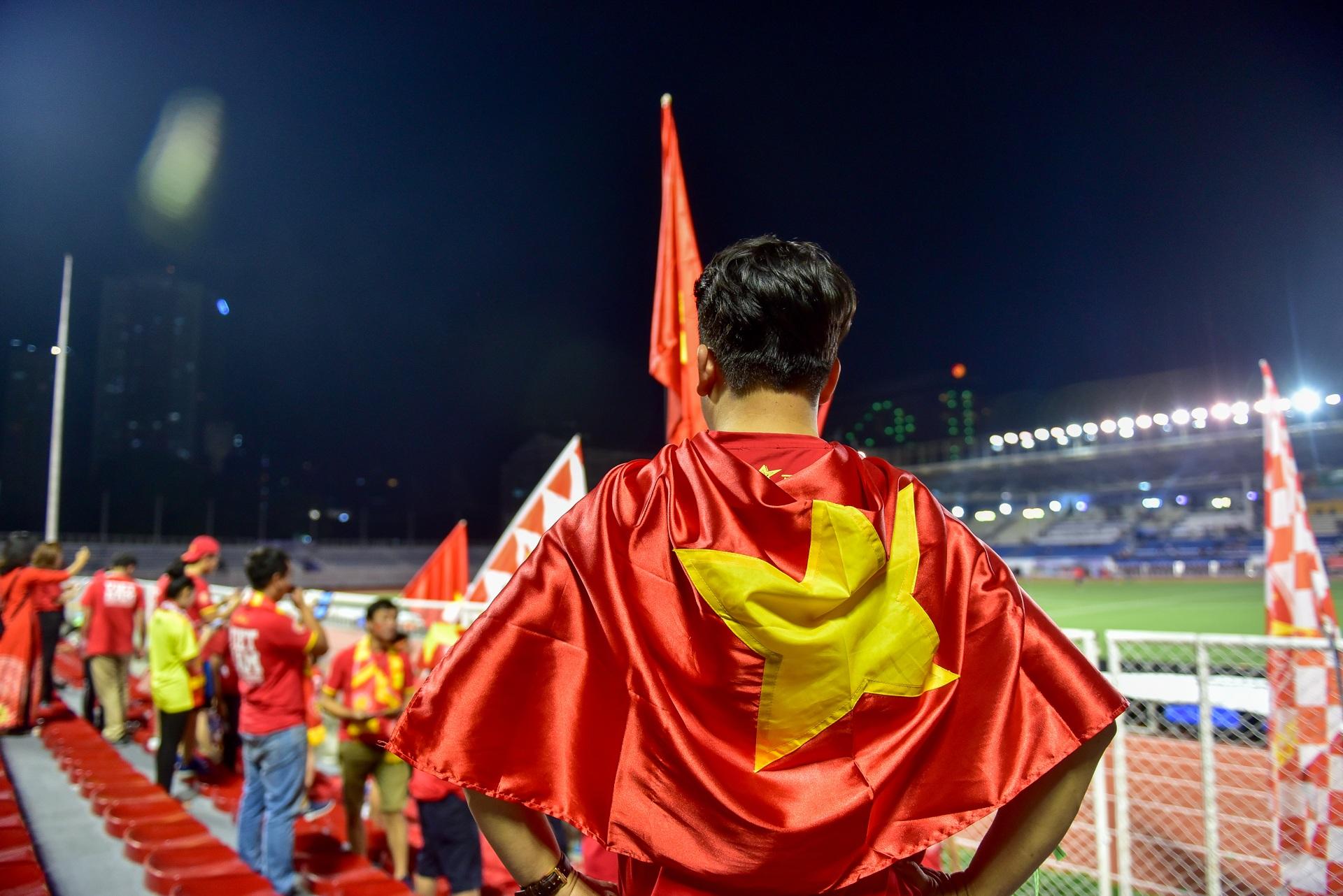 CĐV Việt Nam muốn biến sân Rizal Memorial thành Mỹ Đình - 12