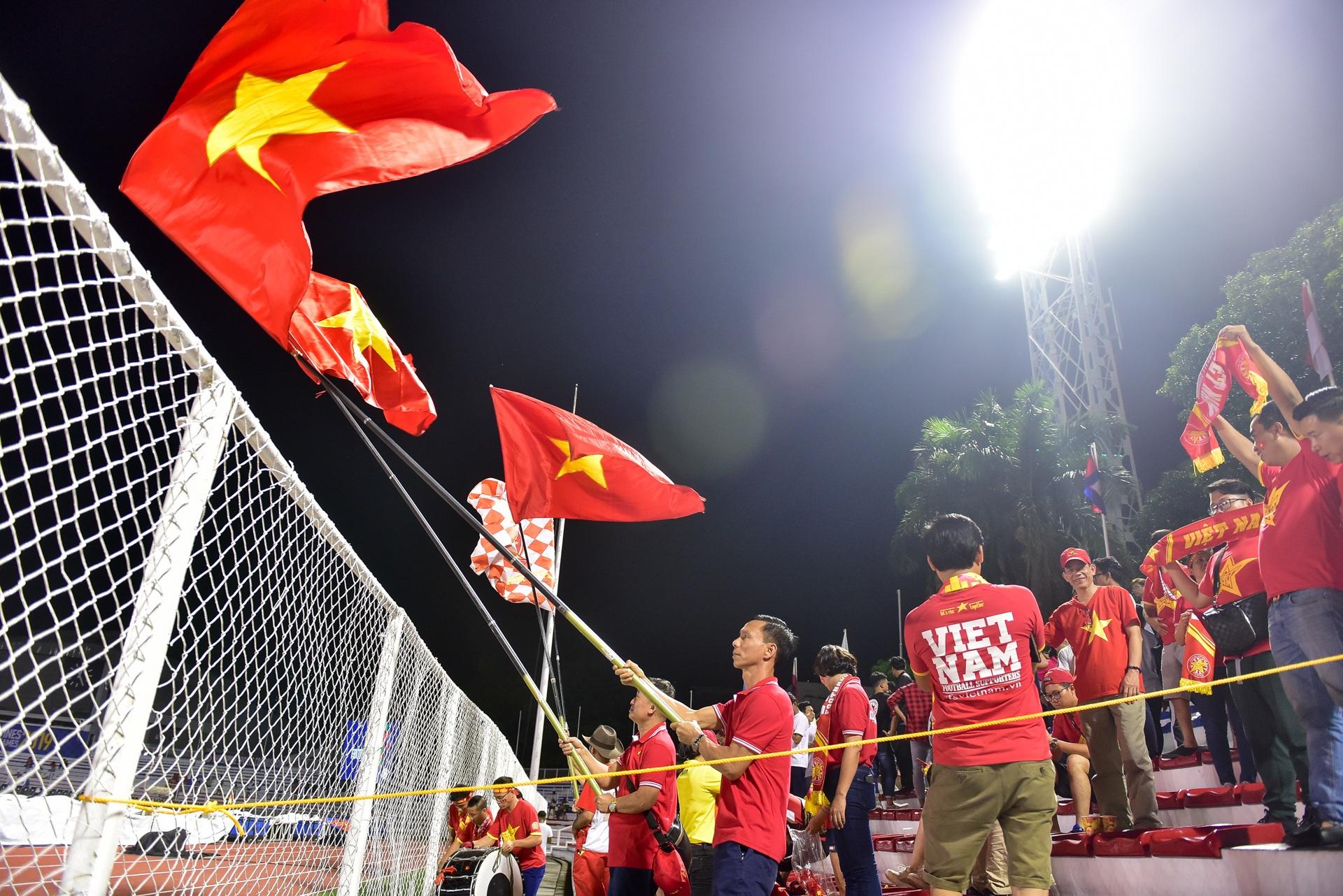 CĐV Việt Nam muốn biến sân Rizal Memorial thành Mỹ Đình - 1