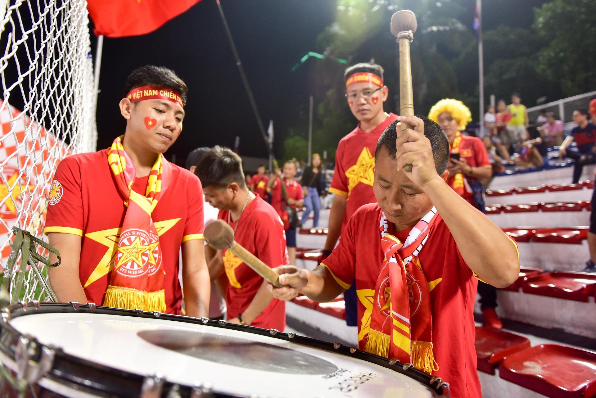 CĐV Việt Nam muốn biến sân Rizal Memorial thành Mỹ Đình - 11