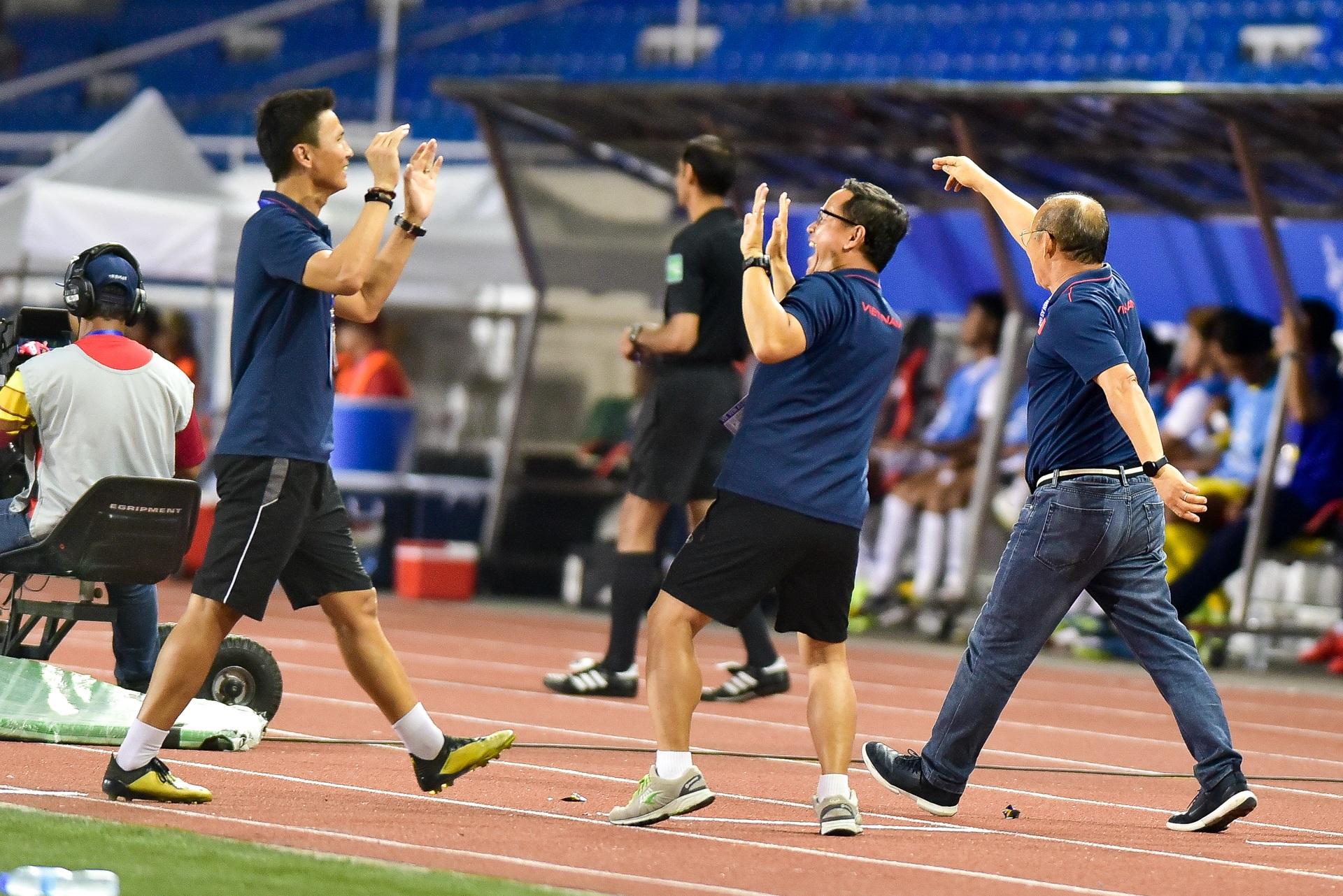 Những cảm xúc đặc biệt của HLV Park Hang Seo trong trận thắng U22 Campuchia - 11