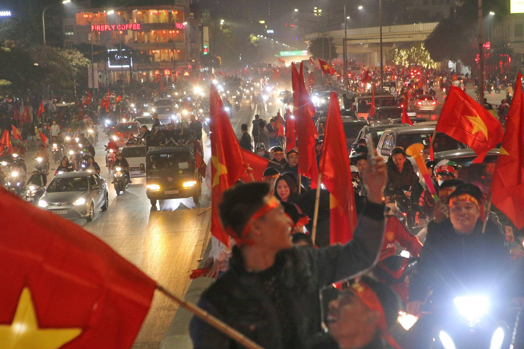 Hình ảnh ấn tượng biển người mừng chiến thắng giữa đêm khuya tại Hà Nội - 1