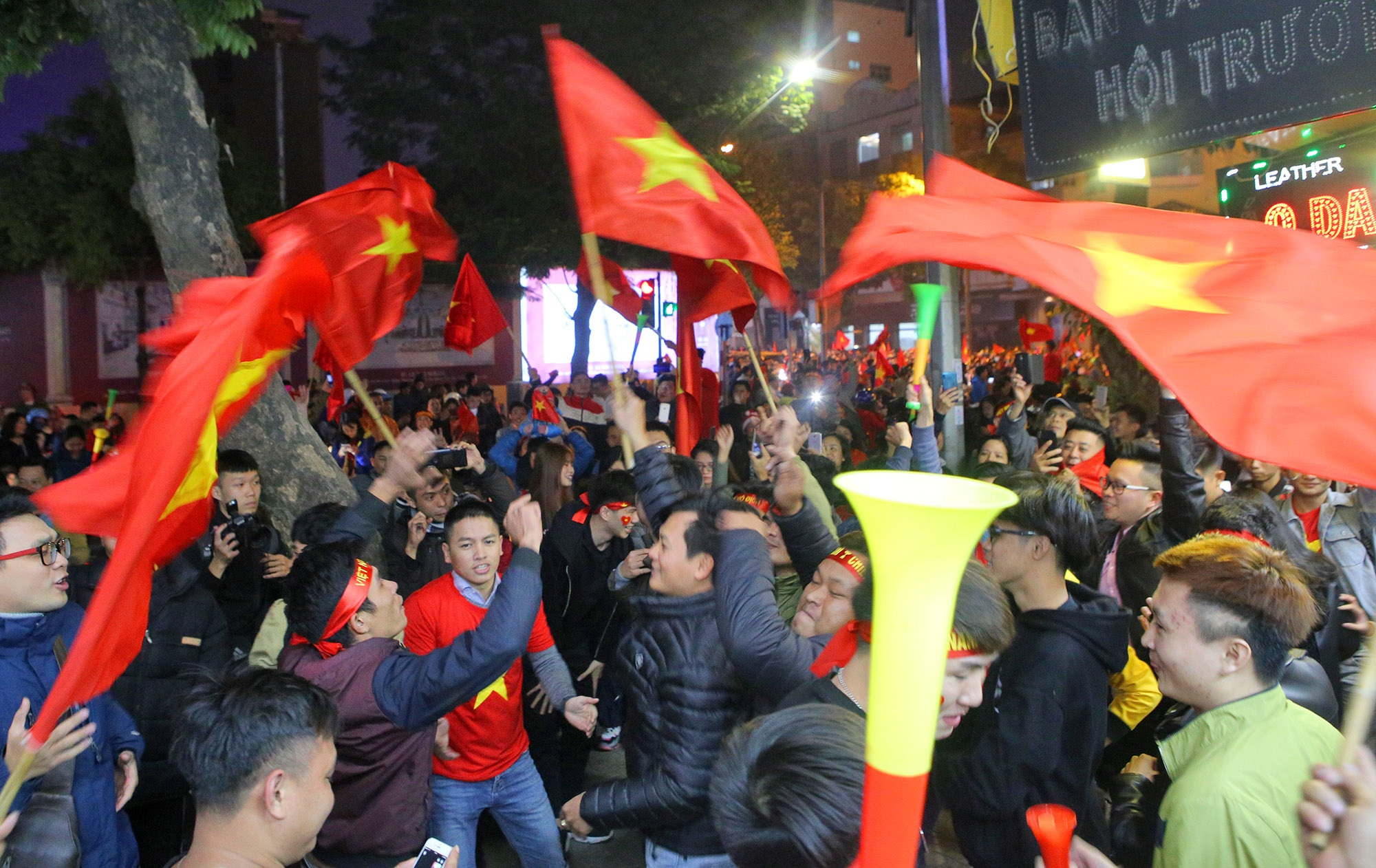 Hình ảnh ấn tượng biển người mừng chiến thắng giữa đêm khuya tại Hà Nội - 14