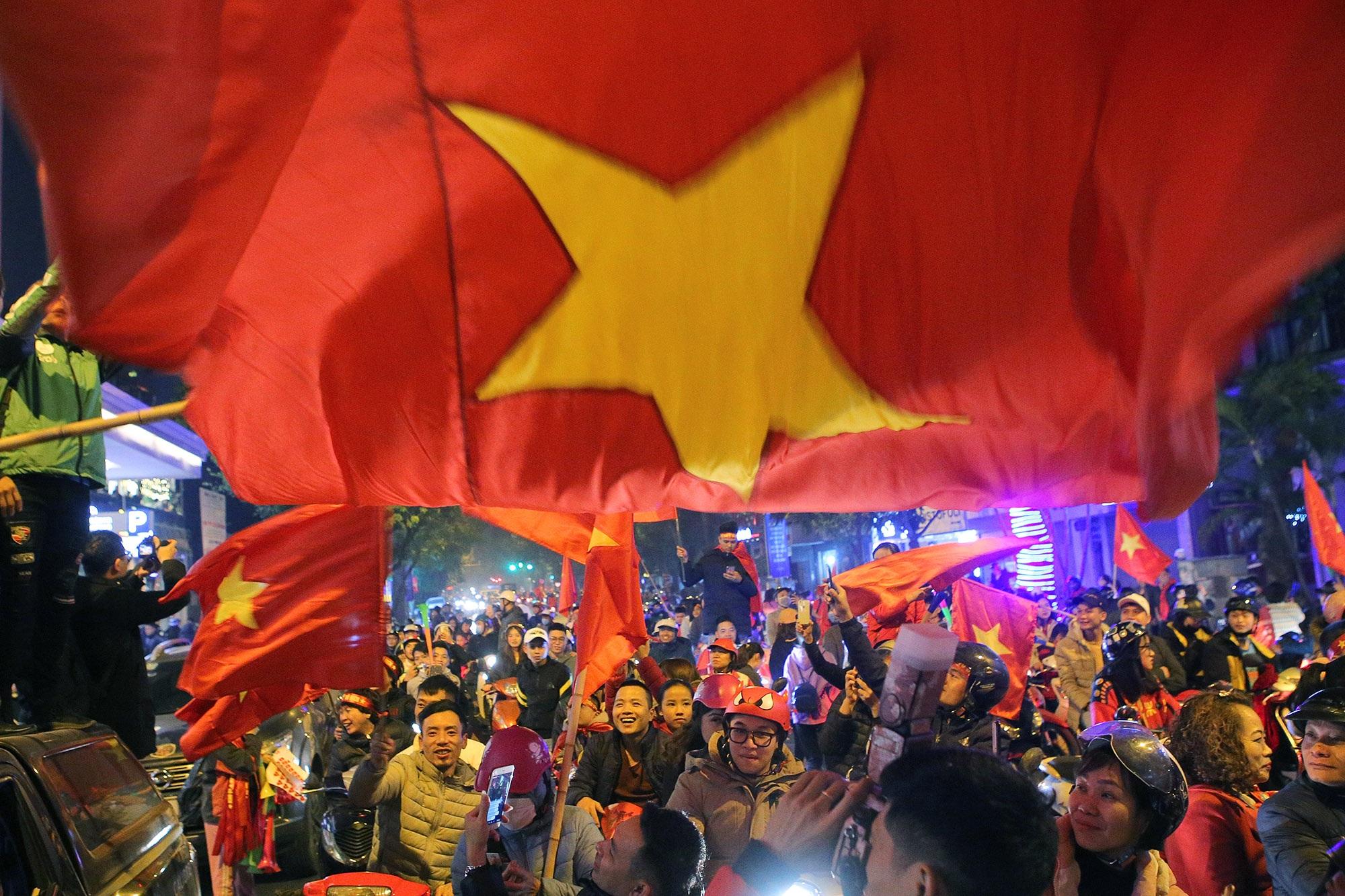 Hình ảnh ấn tượng biển người mừng chiến thắng giữa đêm khuya tại Hà Nội - 6