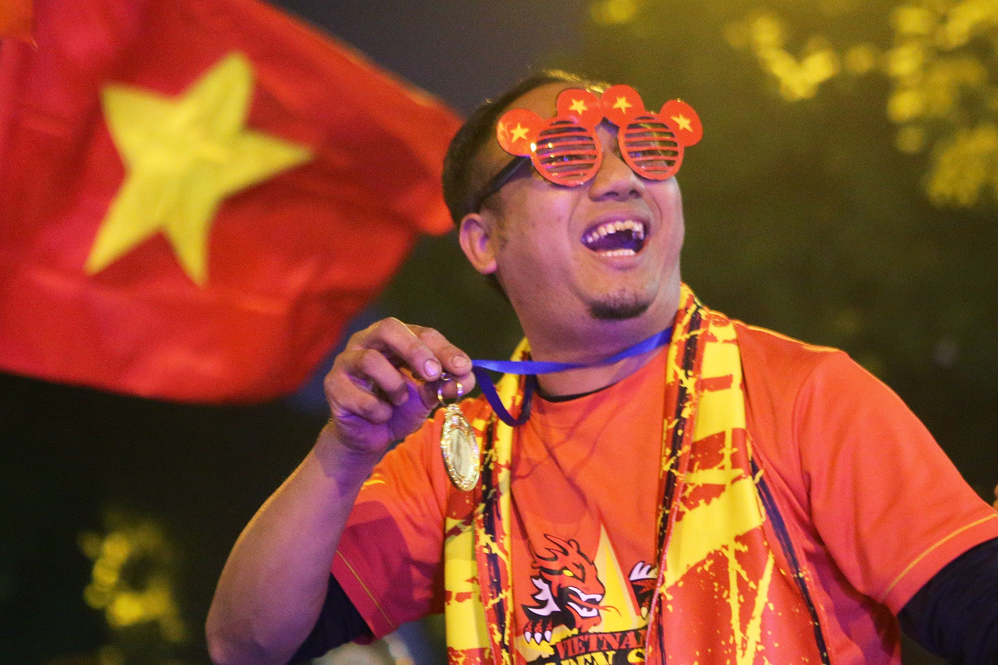 Hình ảnh ấn tượng biển người mừng chiến thắng giữa đêm khuya tại Hà Nội - 8