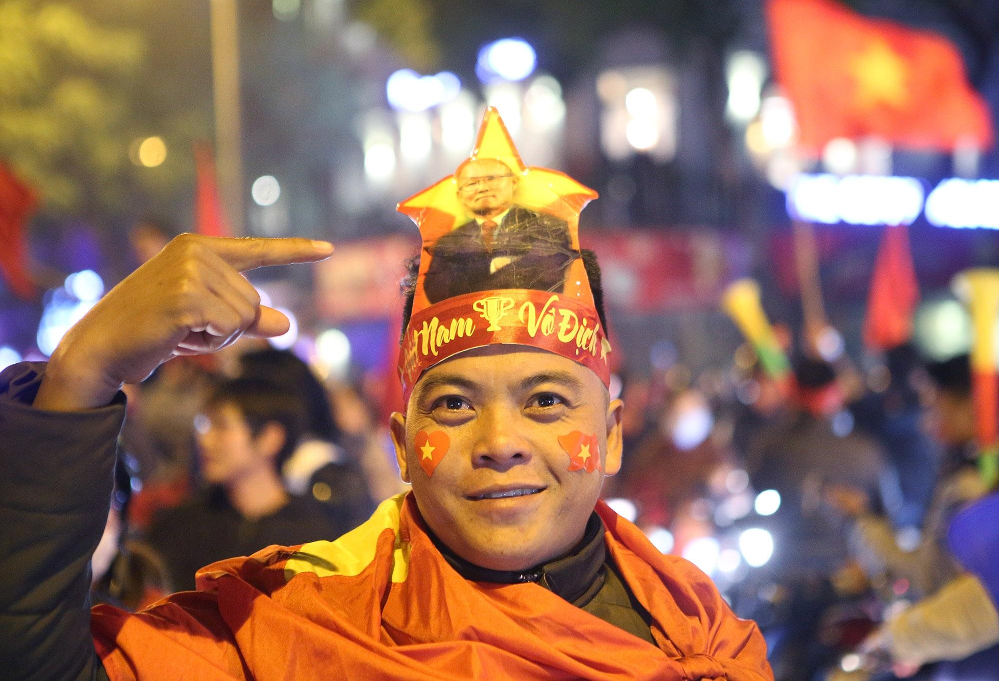 Hình ảnh ấn tượng biển người mừng chiến thắng giữa đêm khuya tại Hà Nội - 9