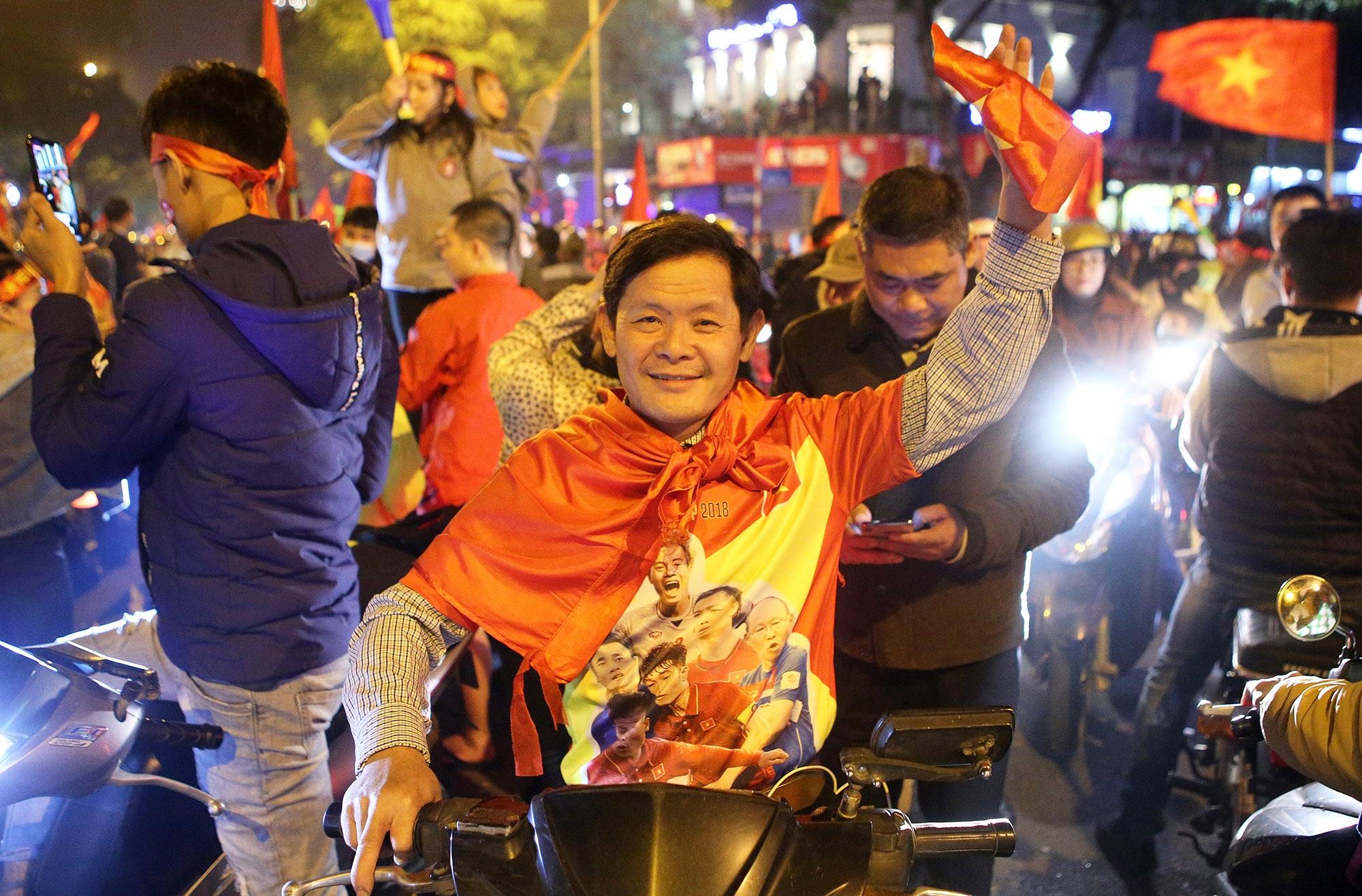 Hình ảnh ấn tượng biển người mừng chiến thắng giữa đêm khuya tại Hà Nội - 10