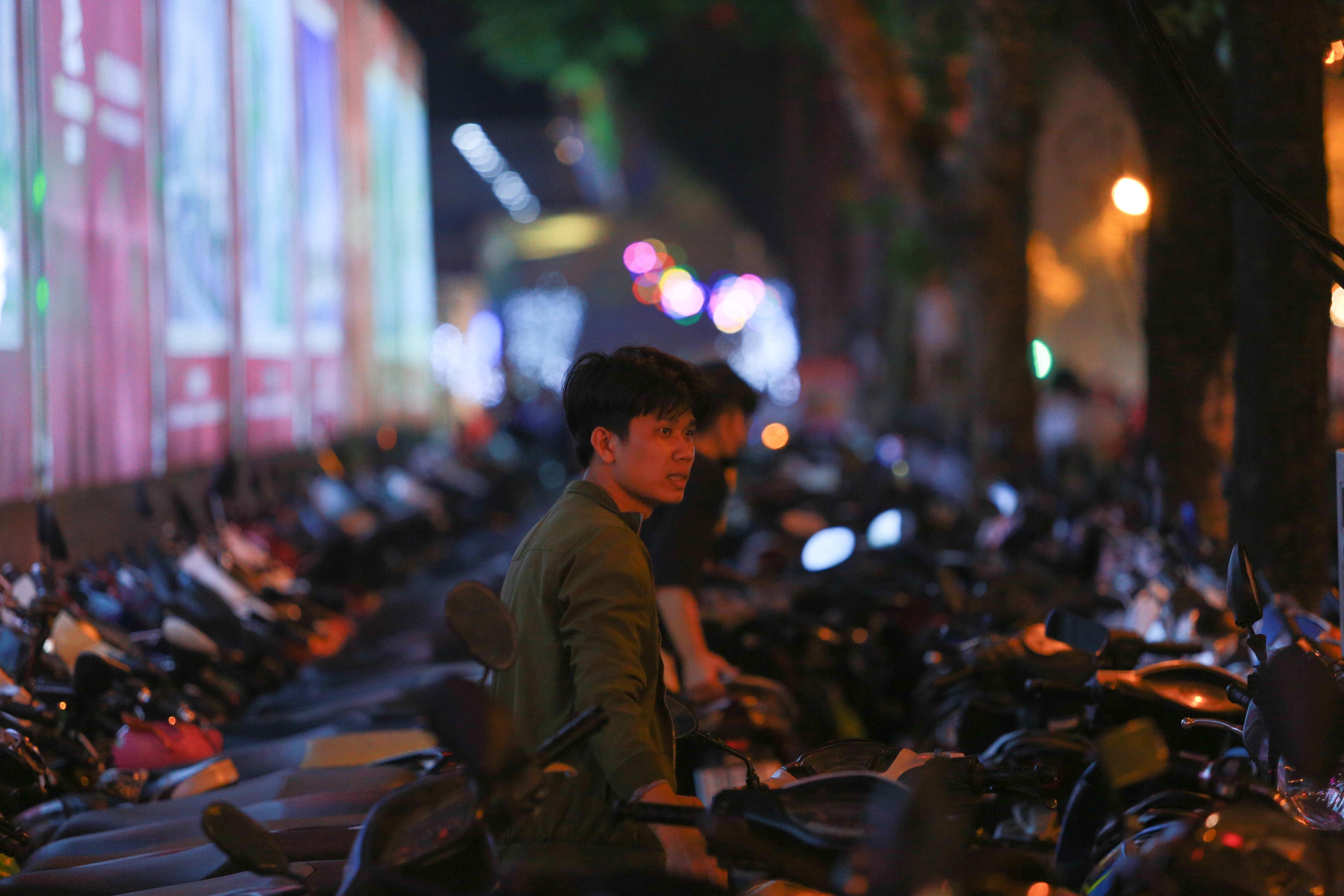 Hà Nội: Dòng người ùn ùn đổ về hồ Gươm đón năm mới 2020  - 16