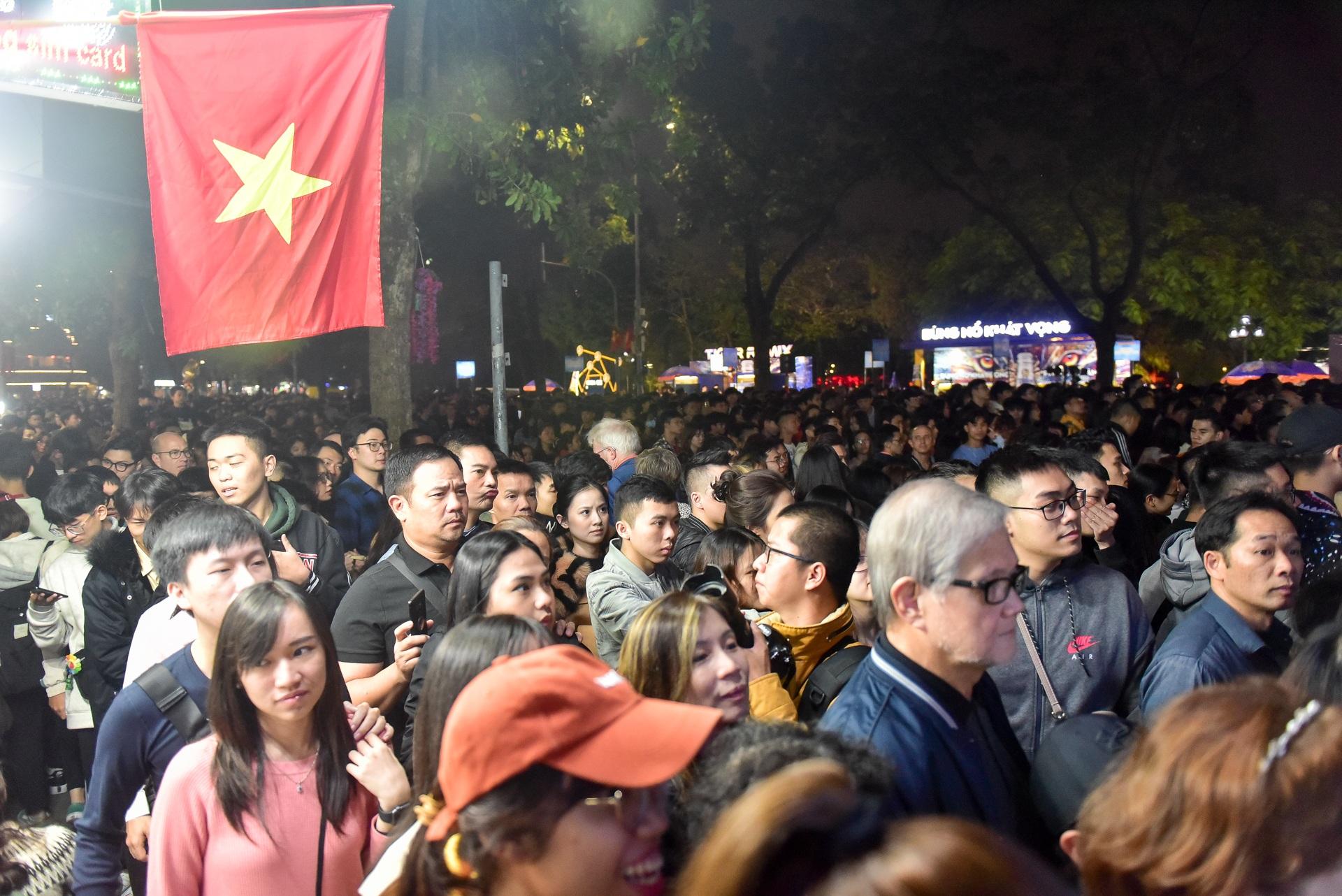 Hà Nội: Dòng người ùn ùn đổ về hồ Gươm đón năm mới 2020  - 5