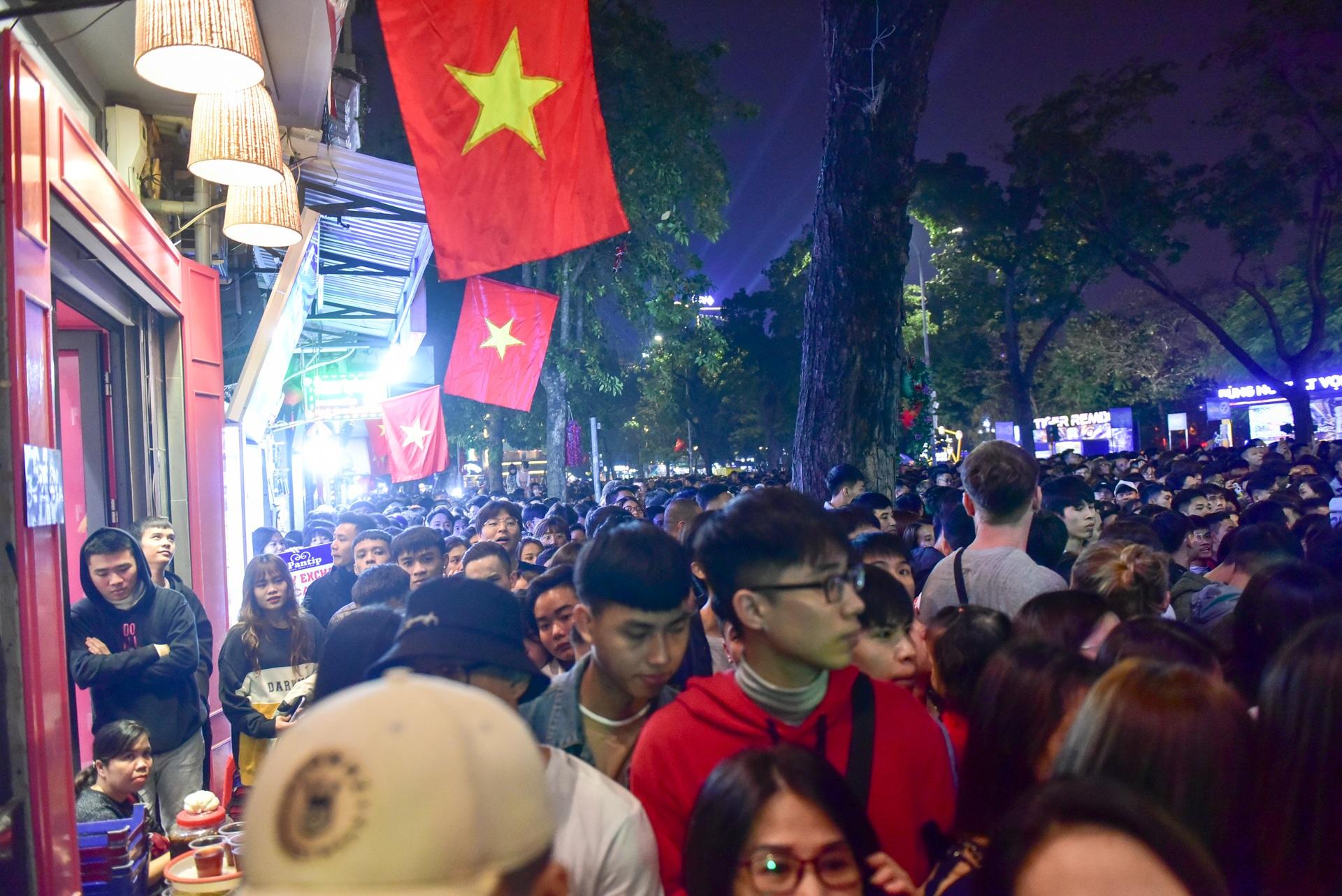 Hà Nội: Dòng người ùn ùn đổ về hồ Gươm đón năm mới 2020  - 4