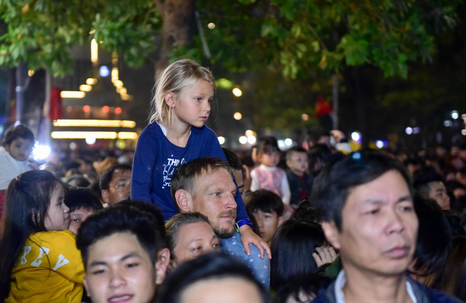 Hà Nội: Dòng người ùn ùn đổ về hồ Gươm đón năm mới 2020  - 10