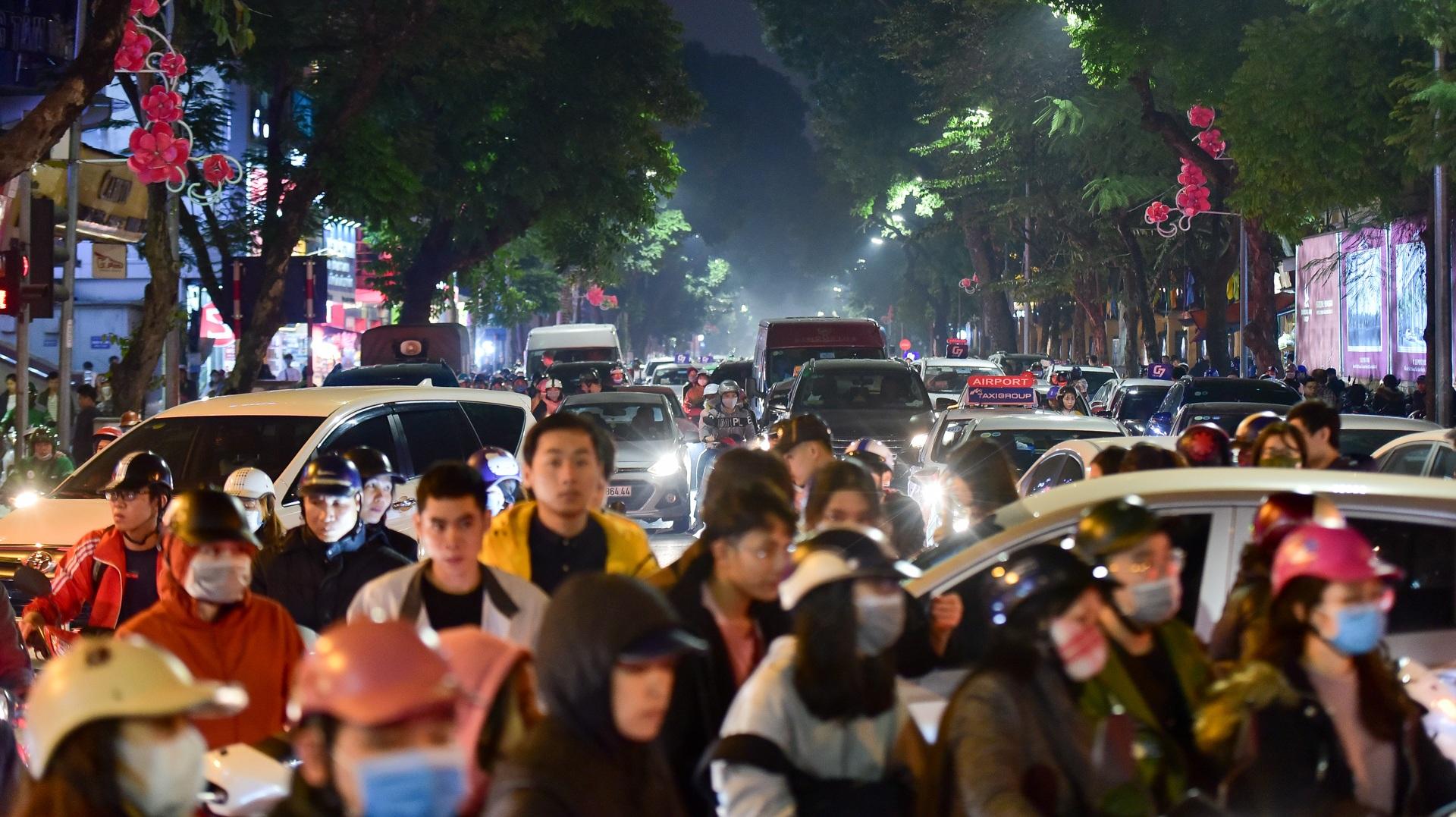 Hà Nội: Dòng người ùn ùn đổ về hồ Gươm đón năm mới 2020  - 3