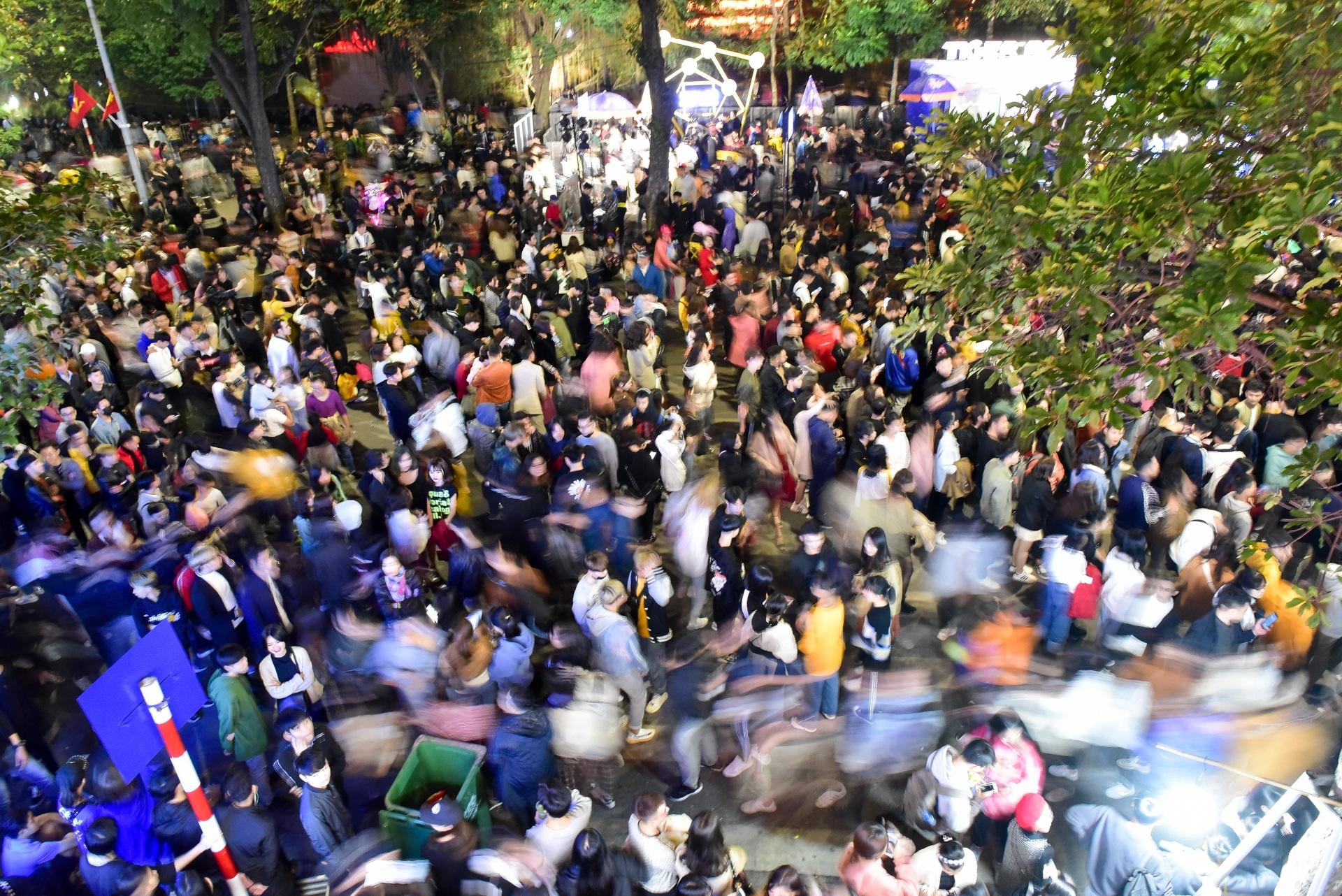 Hà Nội: Dòng người ùn ùn đổ về hồ Gươm đón năm mới 2020  - 8