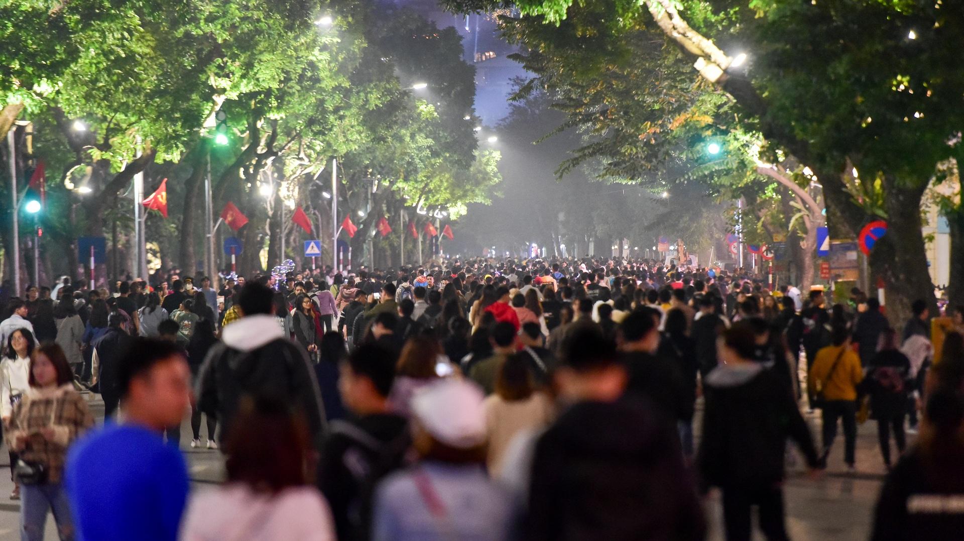 Hà Nội: Dòng người ùn ùn đổ về hồ Gươm đón năm mới 2020  - 2