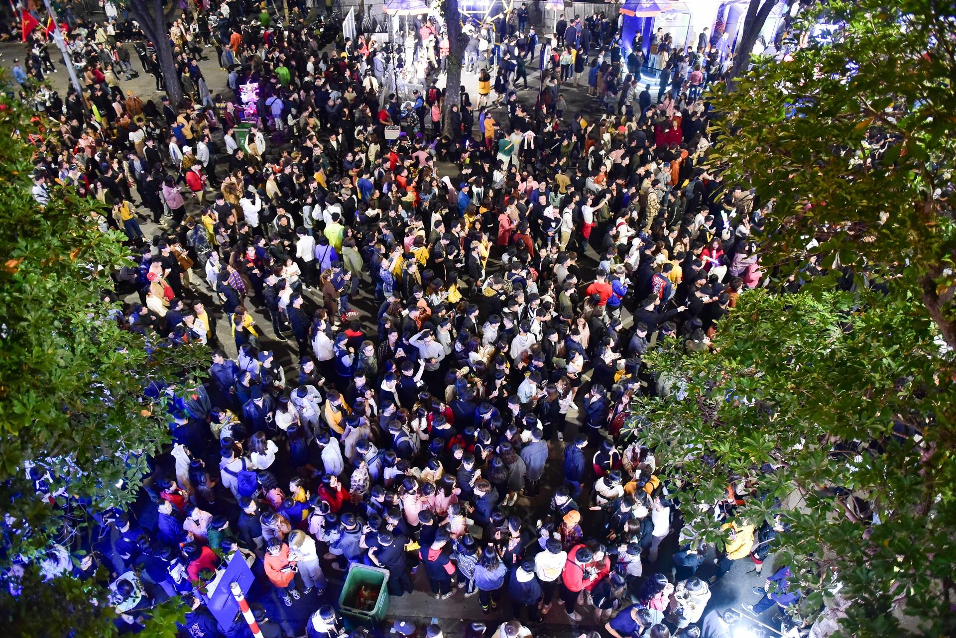 Hà Nội: Dòng người ùn ùn đổ về hồ Gươm đón năm mới 2020  - 1