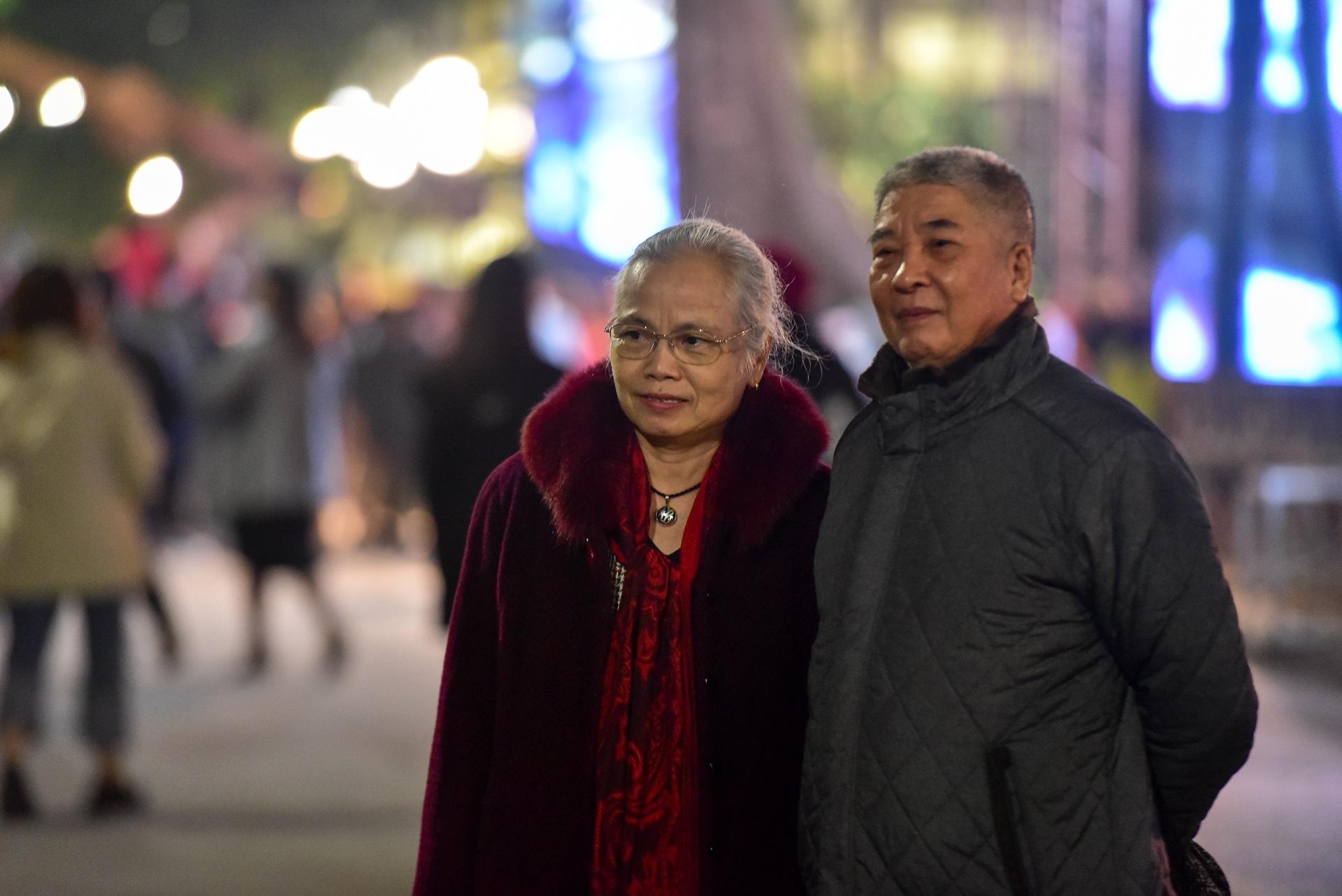 Hà Nội: Dòng người ùn ùn đổ về hồ Gươm đón năm mới 2020  - 14