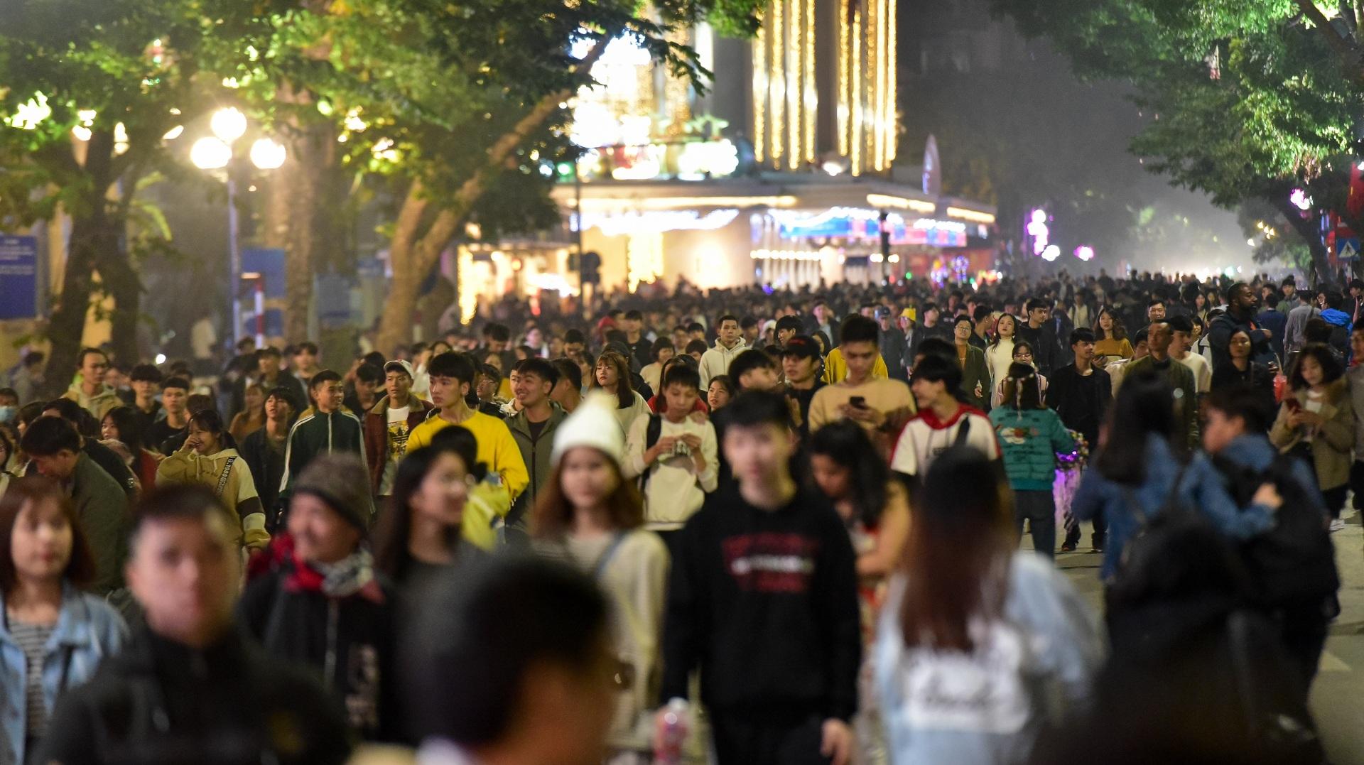 Hà Nội: Dòng người ùn ùn đổ về hồ Gươm đón năm mới 2020  - 15
