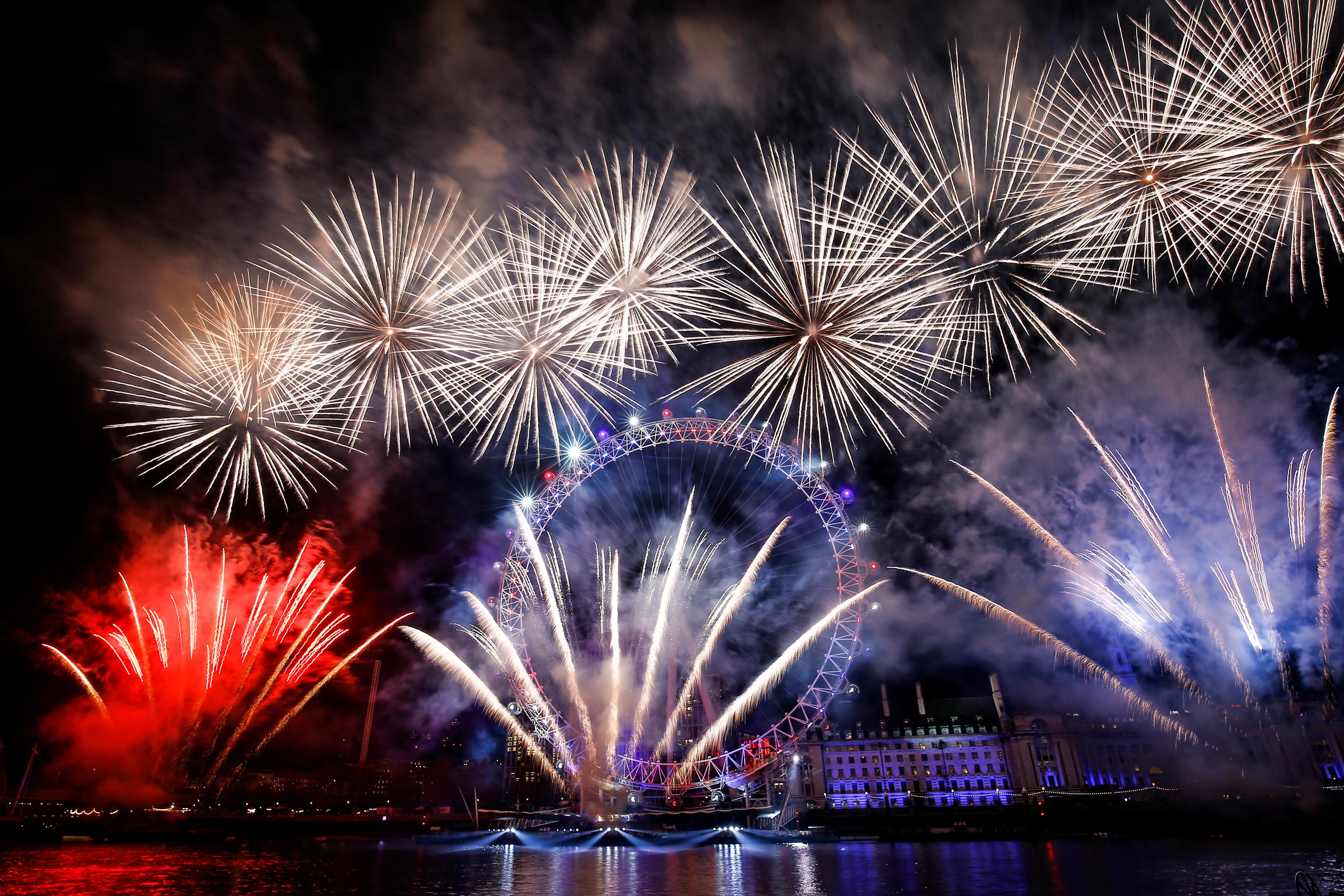 Pháo hoa thắp sáng trời Âu thời khắc bước sang năm mới 2020 - 9