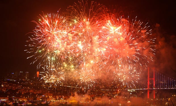 Pháo hoa thắp sáng trời Âu thời khắc bước sang năm mới 2020 - 18