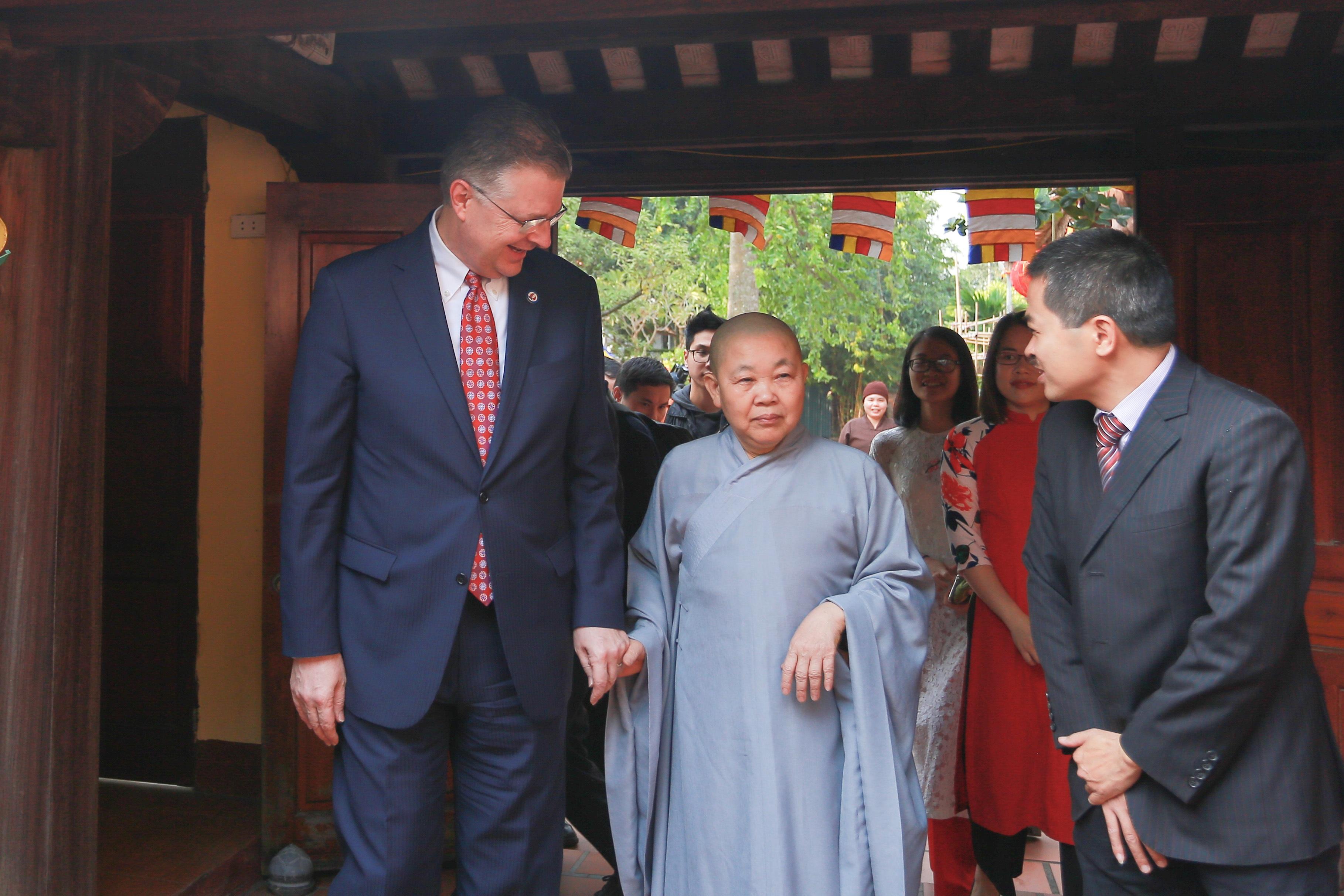 Đại sứ Mỹ thả cá chép, chúc mừng năm mới bằng tiếng Việt - 1