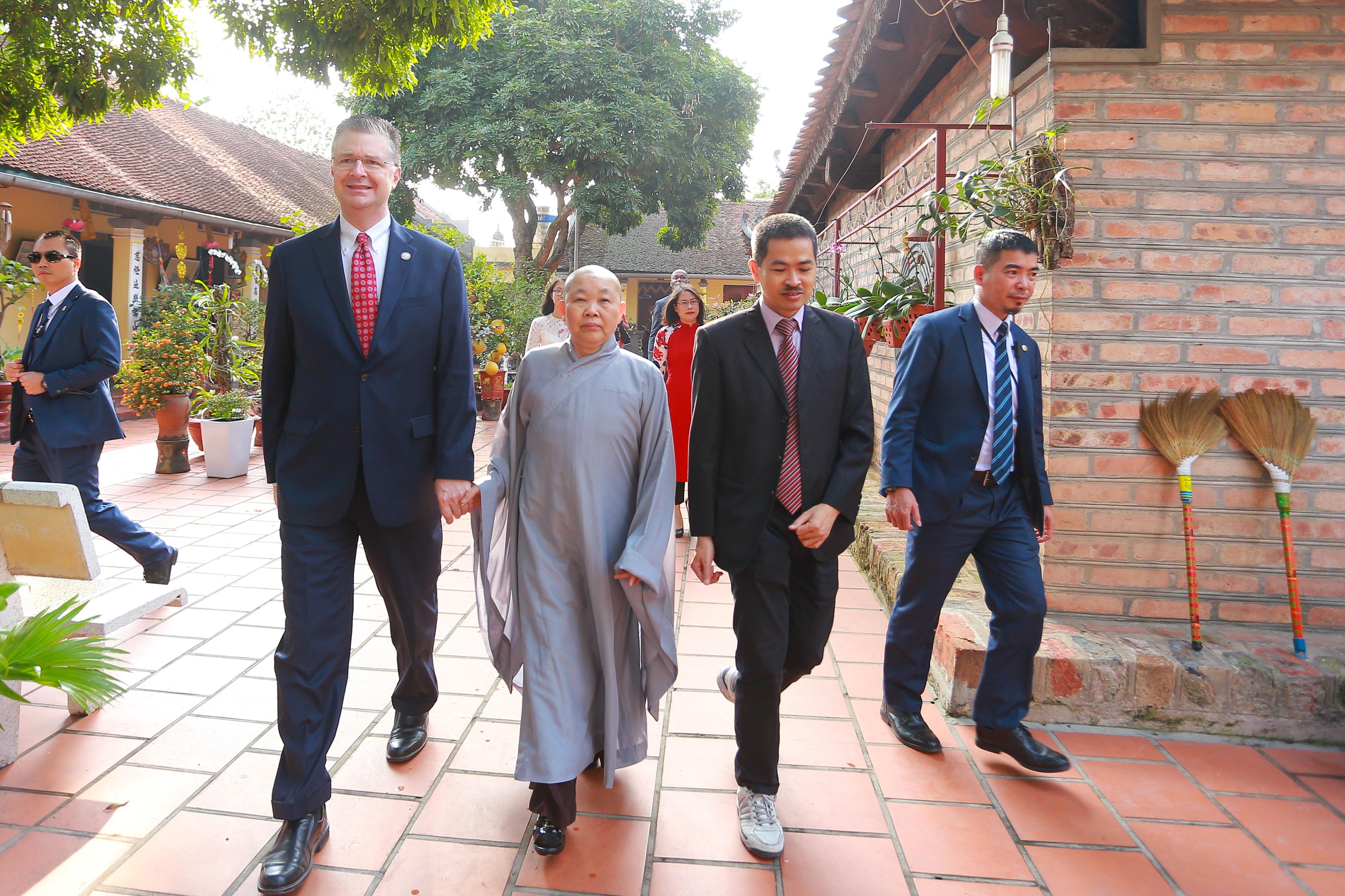 Đại sứ Mỹ thả cá chép, chúc mừng năm mới bằng tiếng Việt - 2
