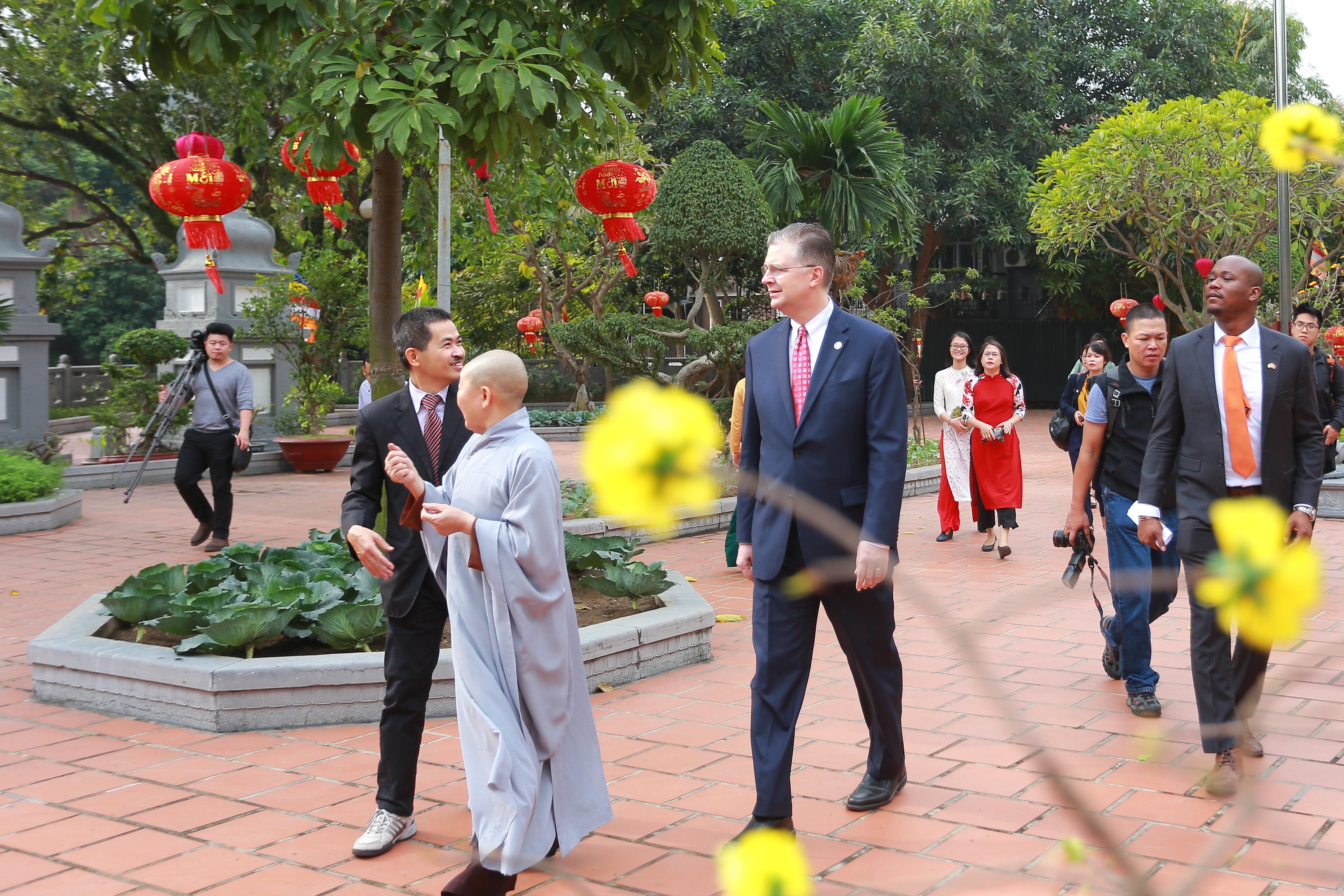 Đại sứ Mỹ thả cá chép, chúc mừng năm mới bằng tiếng Việt - 18