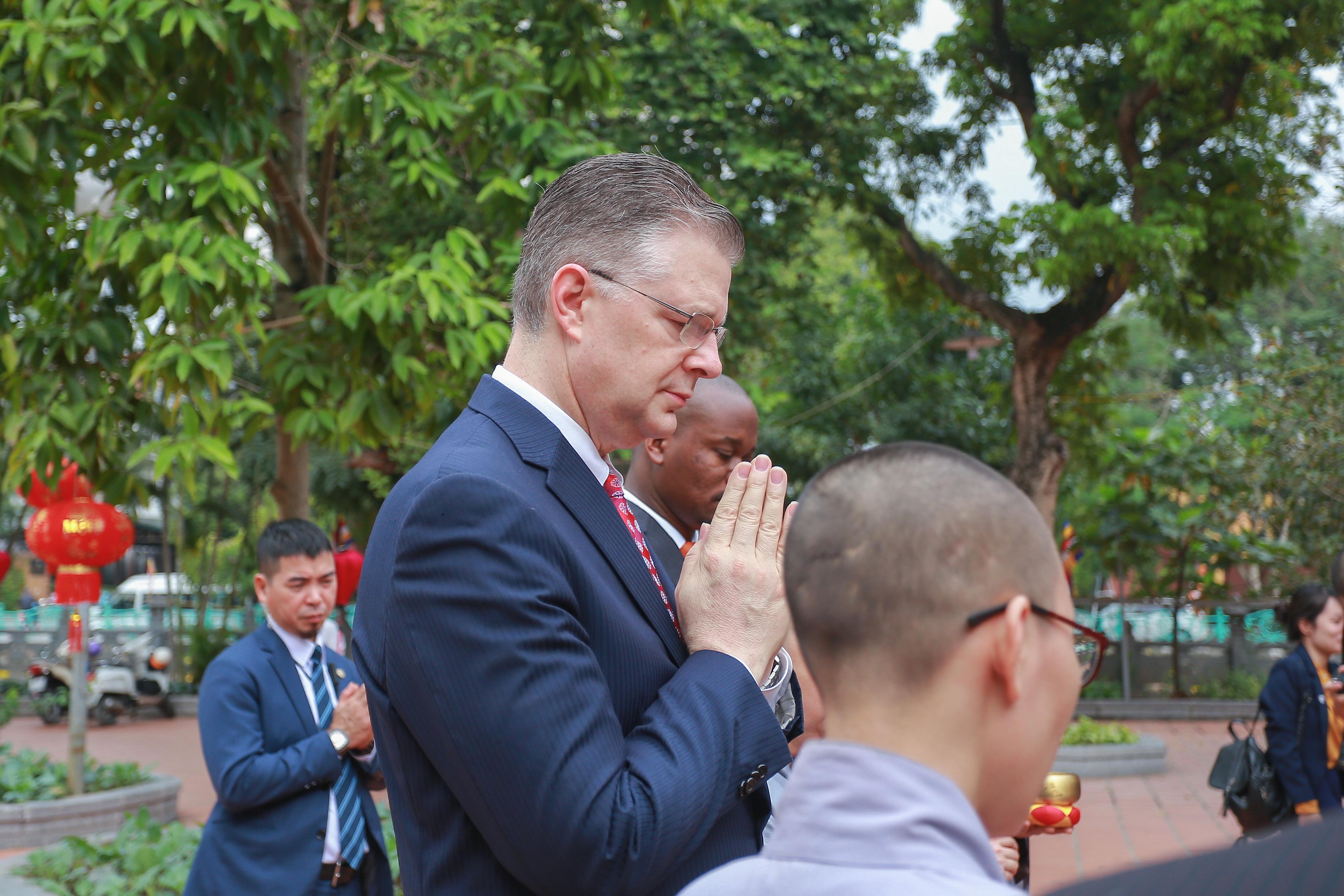 Đại sứ Mỹ thả cá chép, chúc mừng năm mới bằng tiếng Việt - 9