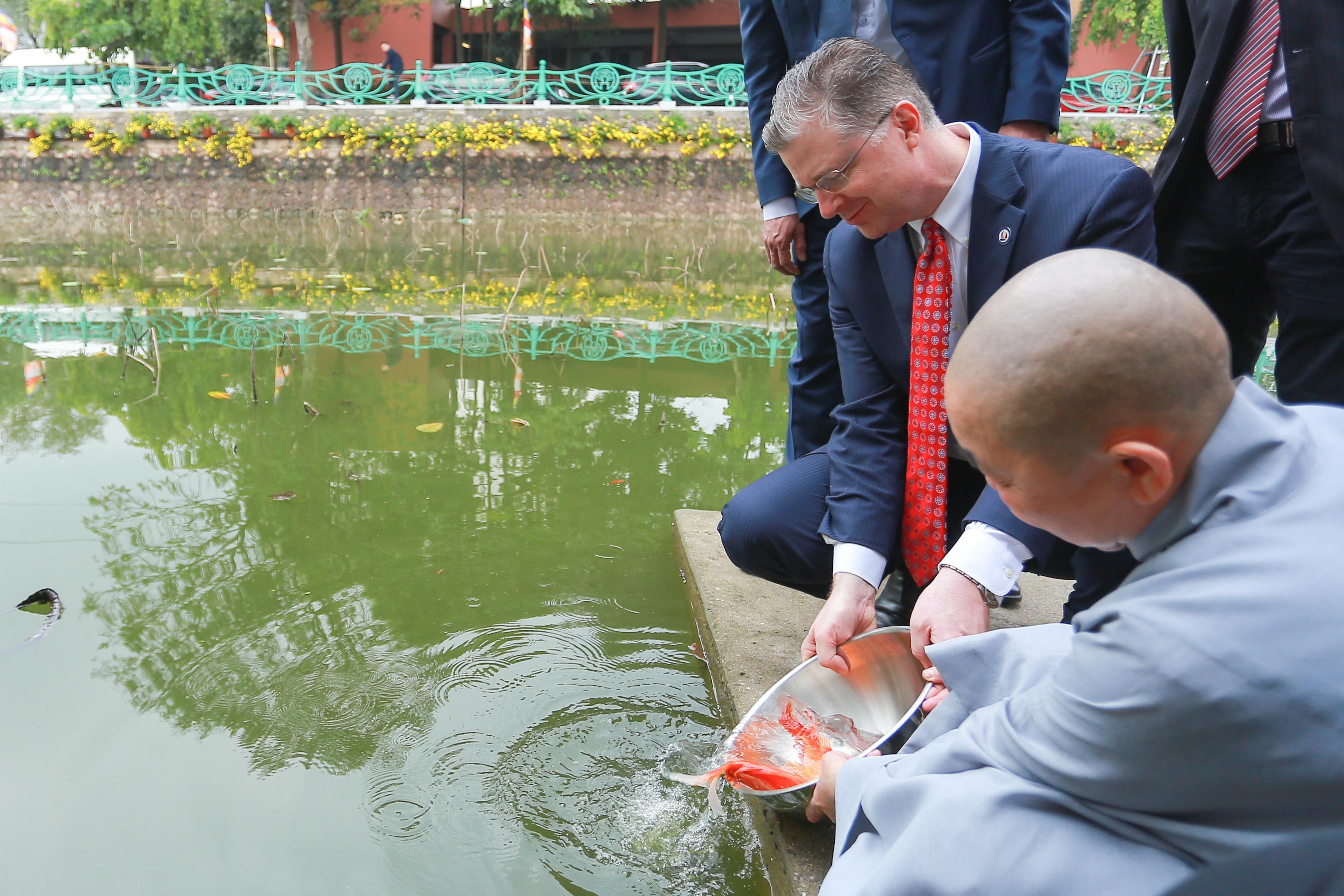 Đại sứ Mỹ thả cá chép, chúc mừng năm mới bằng tiếng Việt - 17