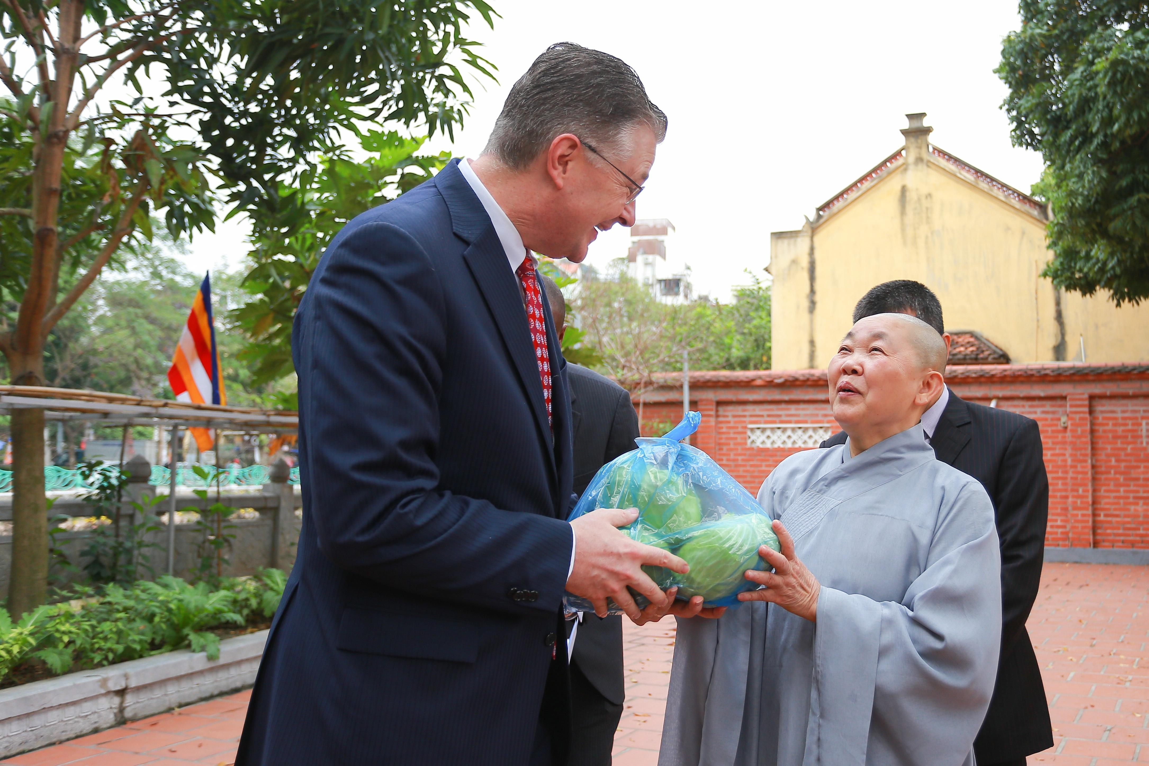 Đại sứ Mỹ thả cá chép, chúc mừng năm mới bằng tiếng Việt - 19