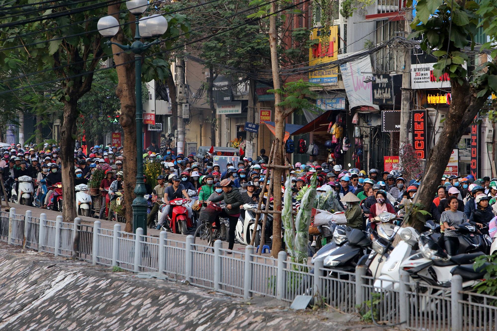 Hà Nội: Đường phố giáp Tết kẹt cứng - 1