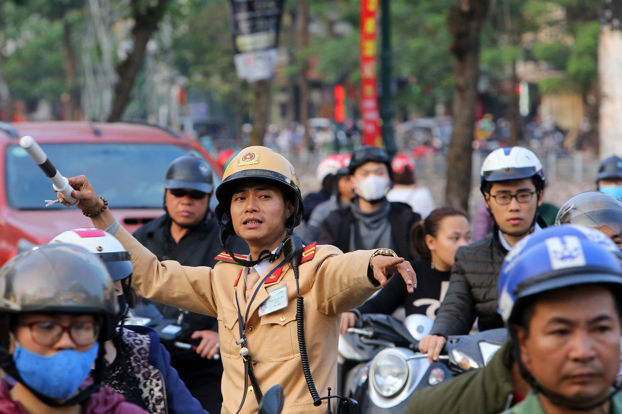 Hà Nội: Đường phố giáp Tết kẹt cứng - 4