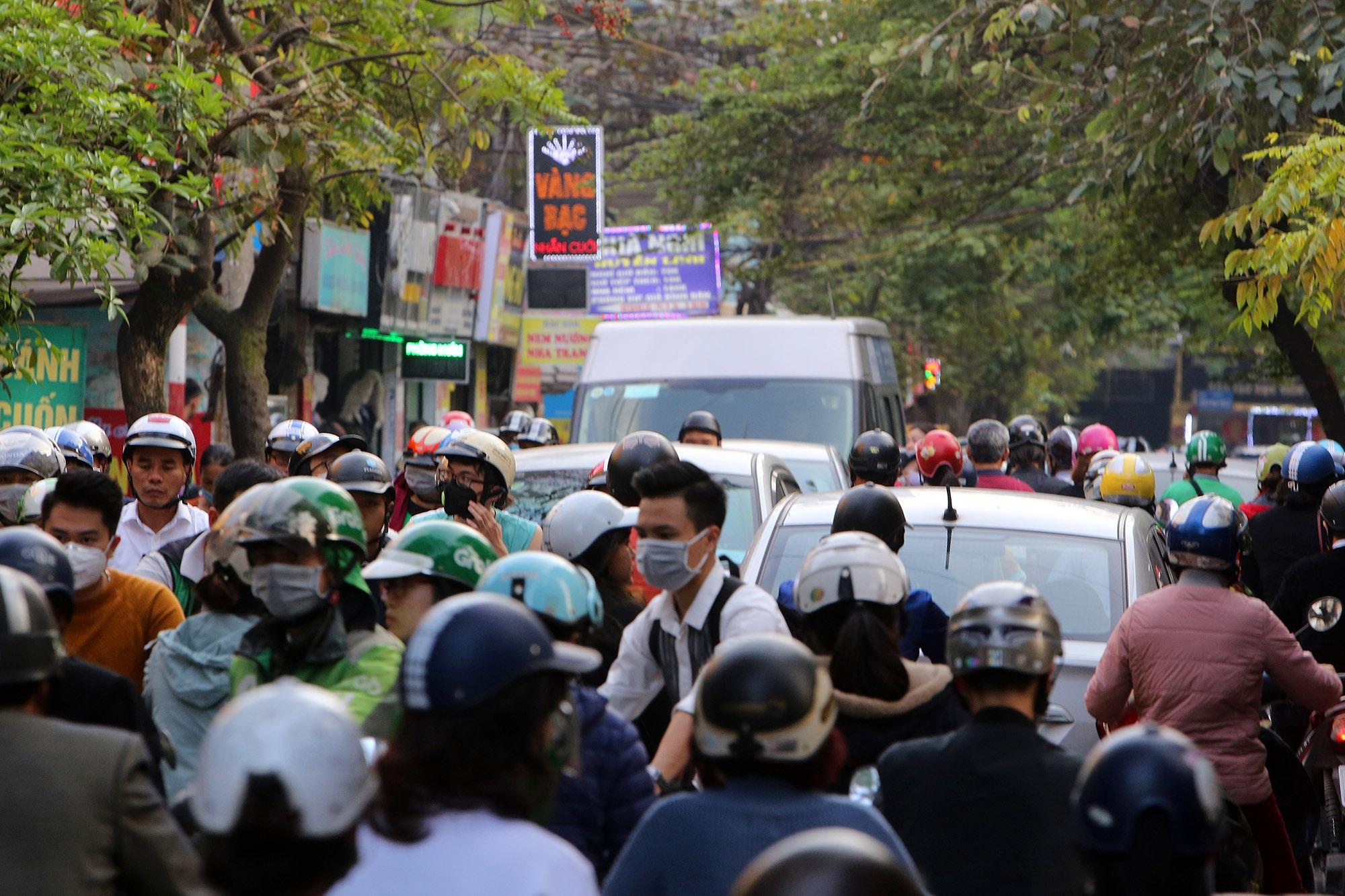 Hà Nội: Đường phố giáp Tết kẹt cứng - 8