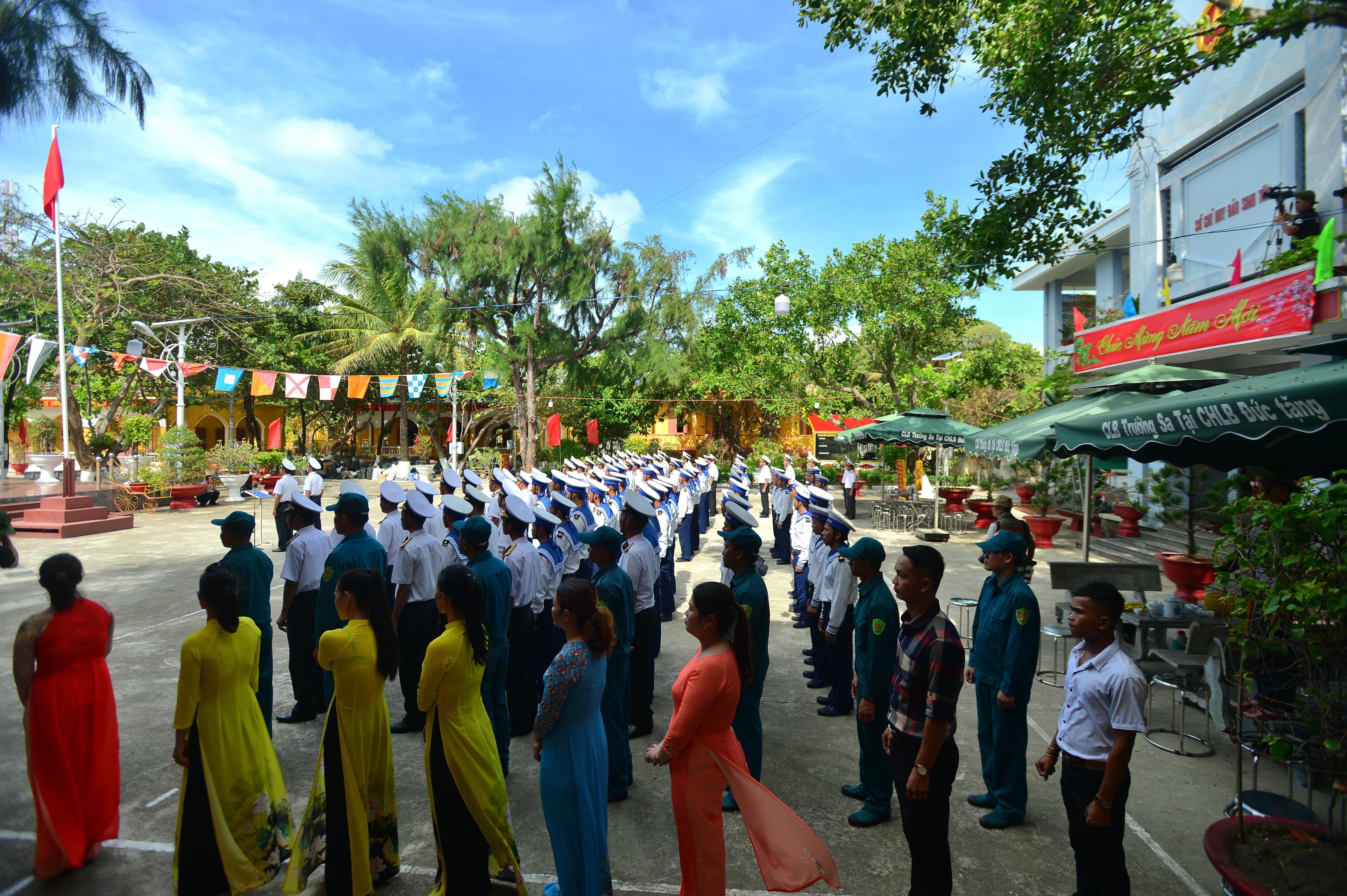 Thiêng liêng lễ chào cờ đầu năm mới tại Trường Sa - 11