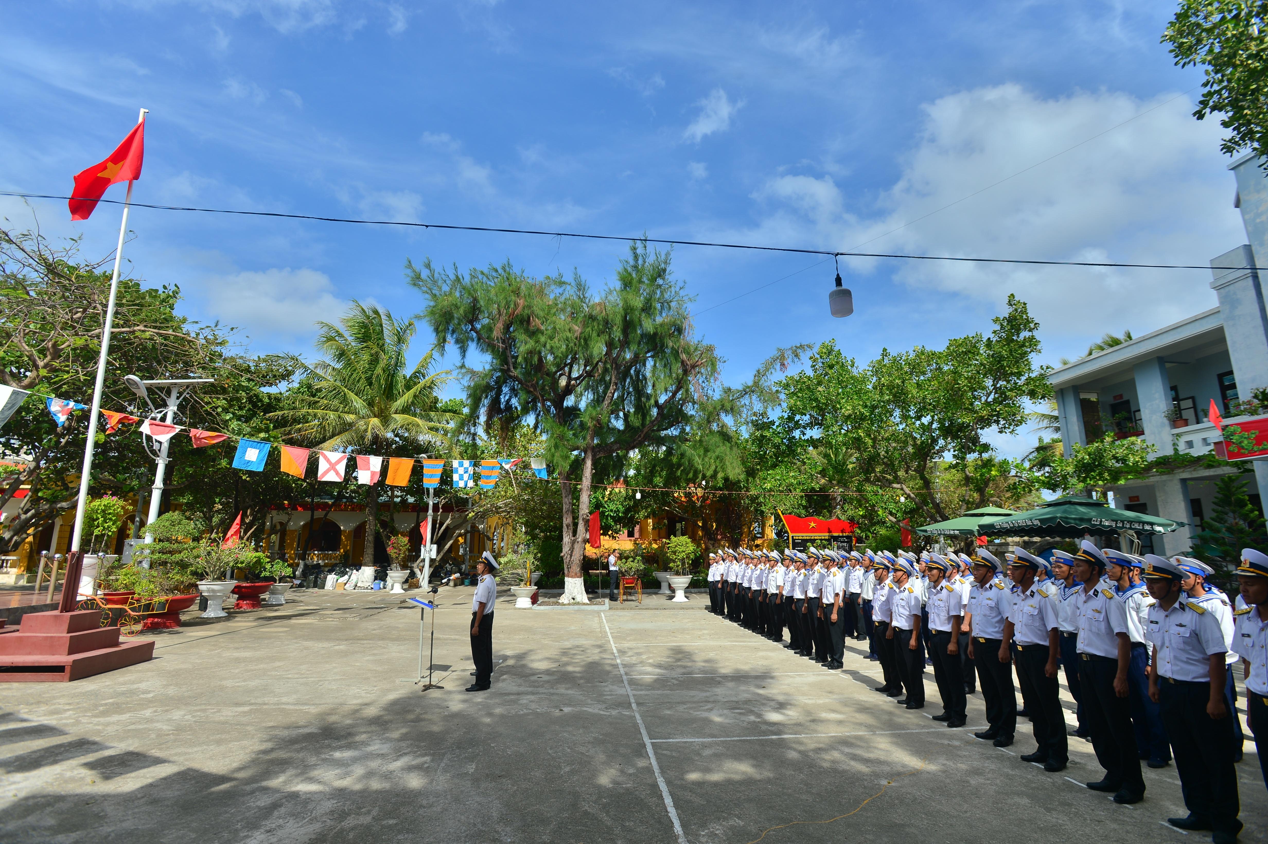 Thiêng liêng lễ chào cờ đầu năm mới tại Trường Sa - 1