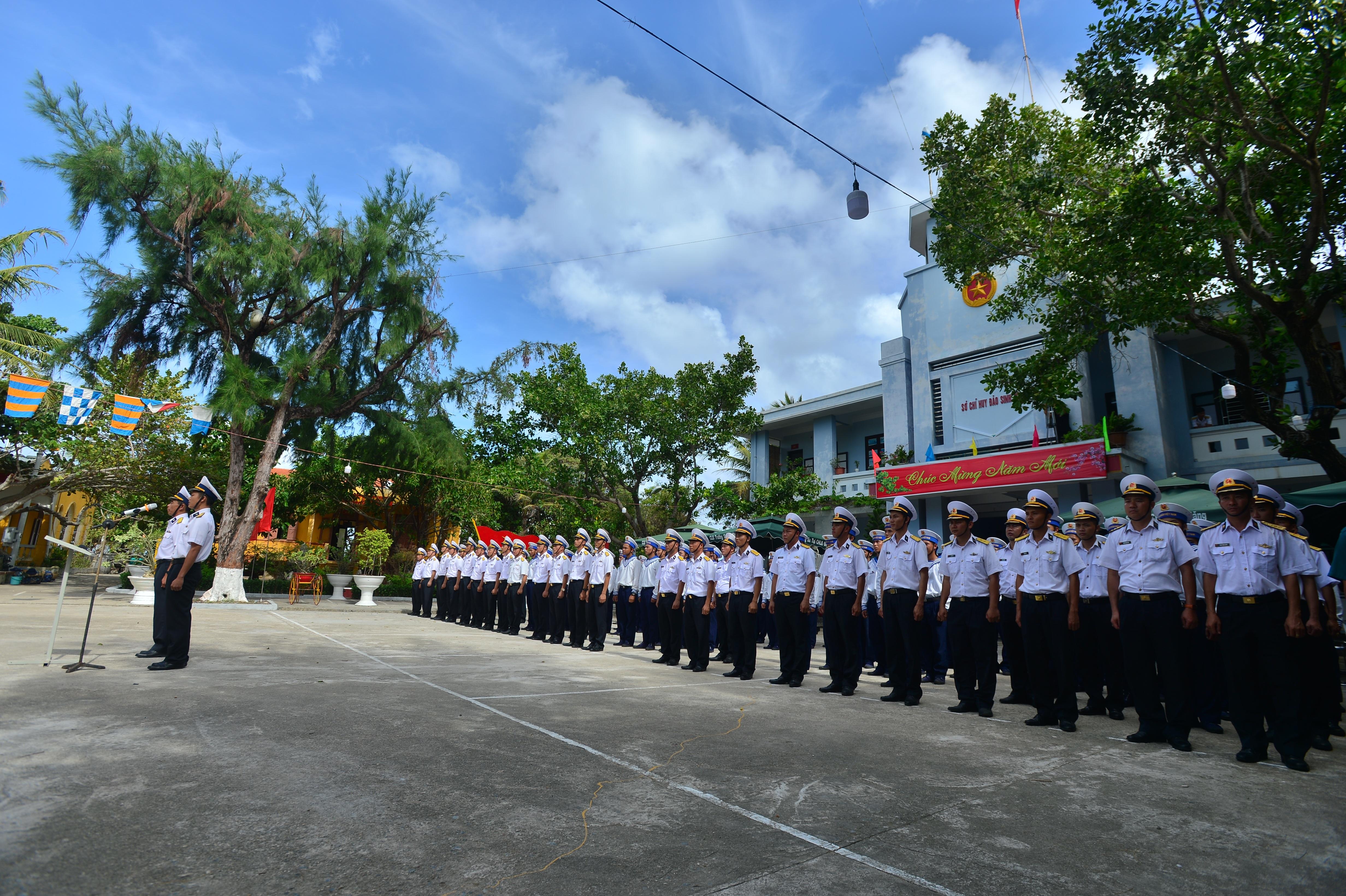 Thiêng liêng lễ chào cờ đầu năm mới tại Trường Sa - 4