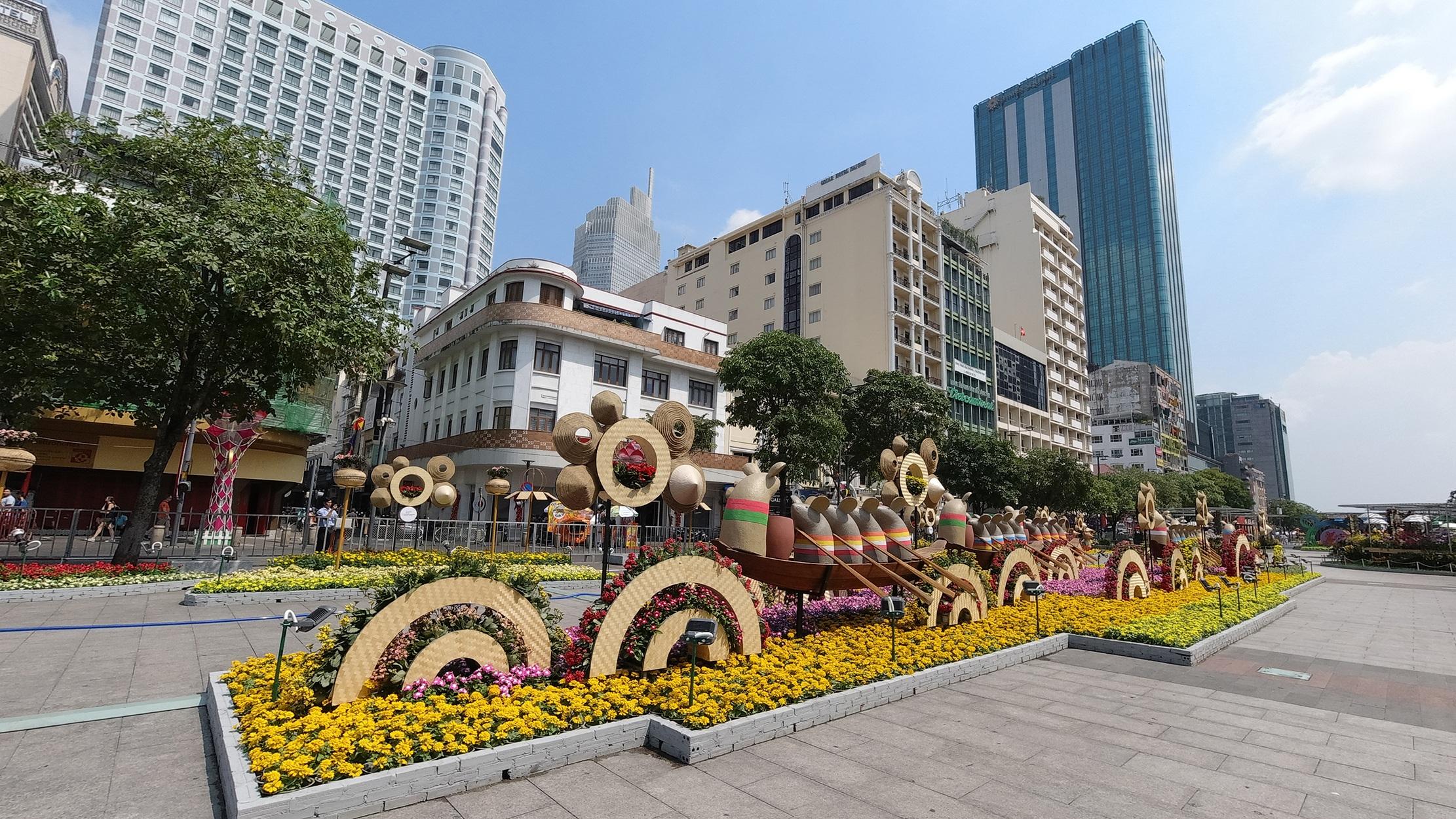 Mãn nhãn ngắm đường hoa Nguyễn Huệ trước giờ G - 18