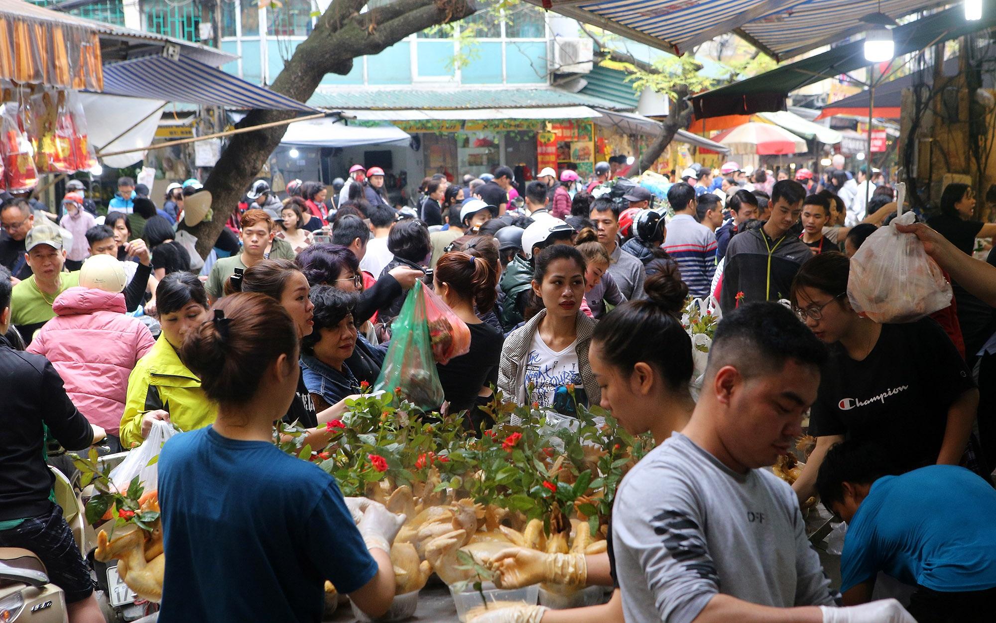 Người Hà Nội chen chân trong phiên chợ cuối cùng của năm - 1