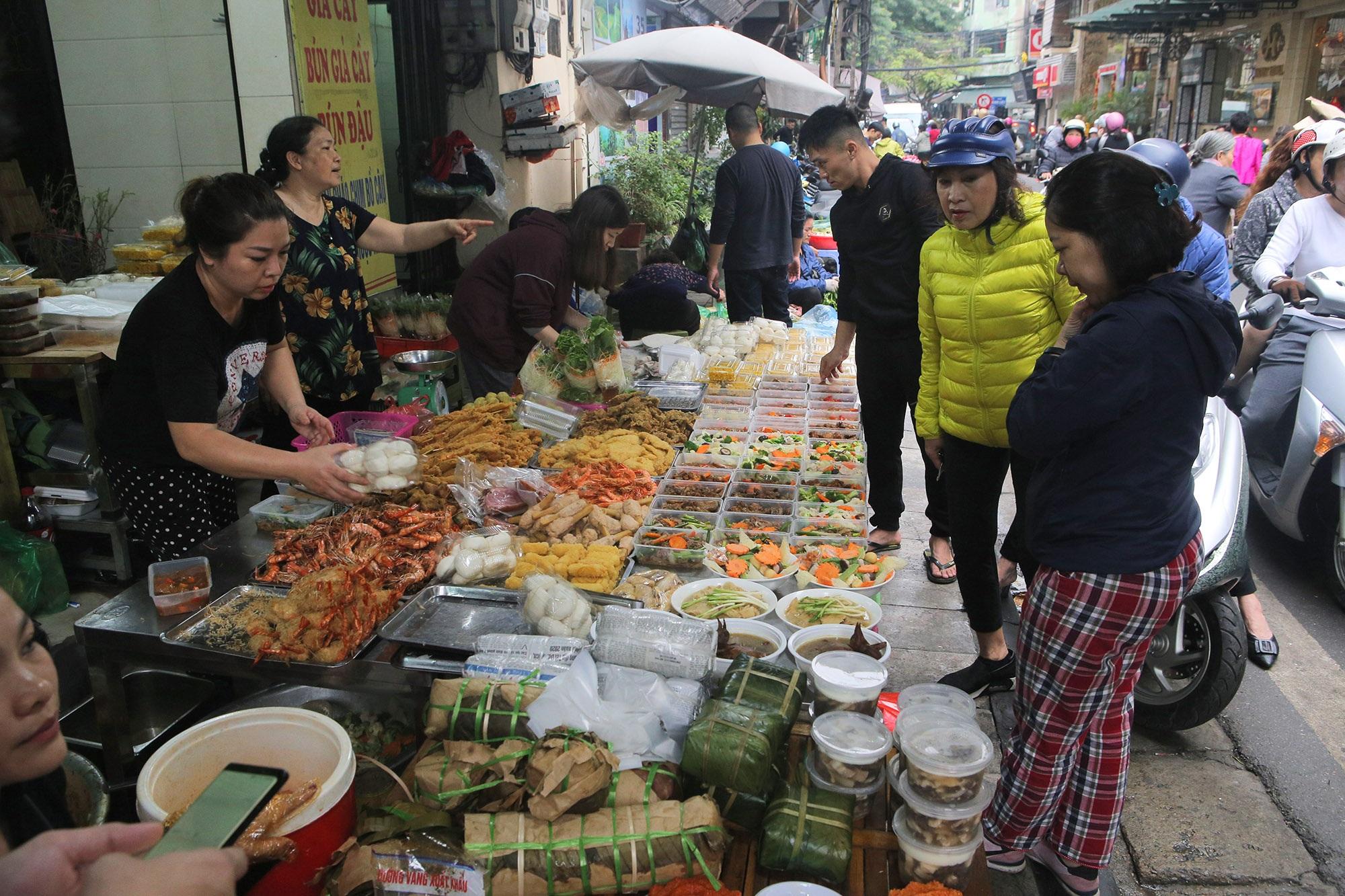 Người Hà Nội chen chân trong phiên chợ cuối cùng của năm - 9