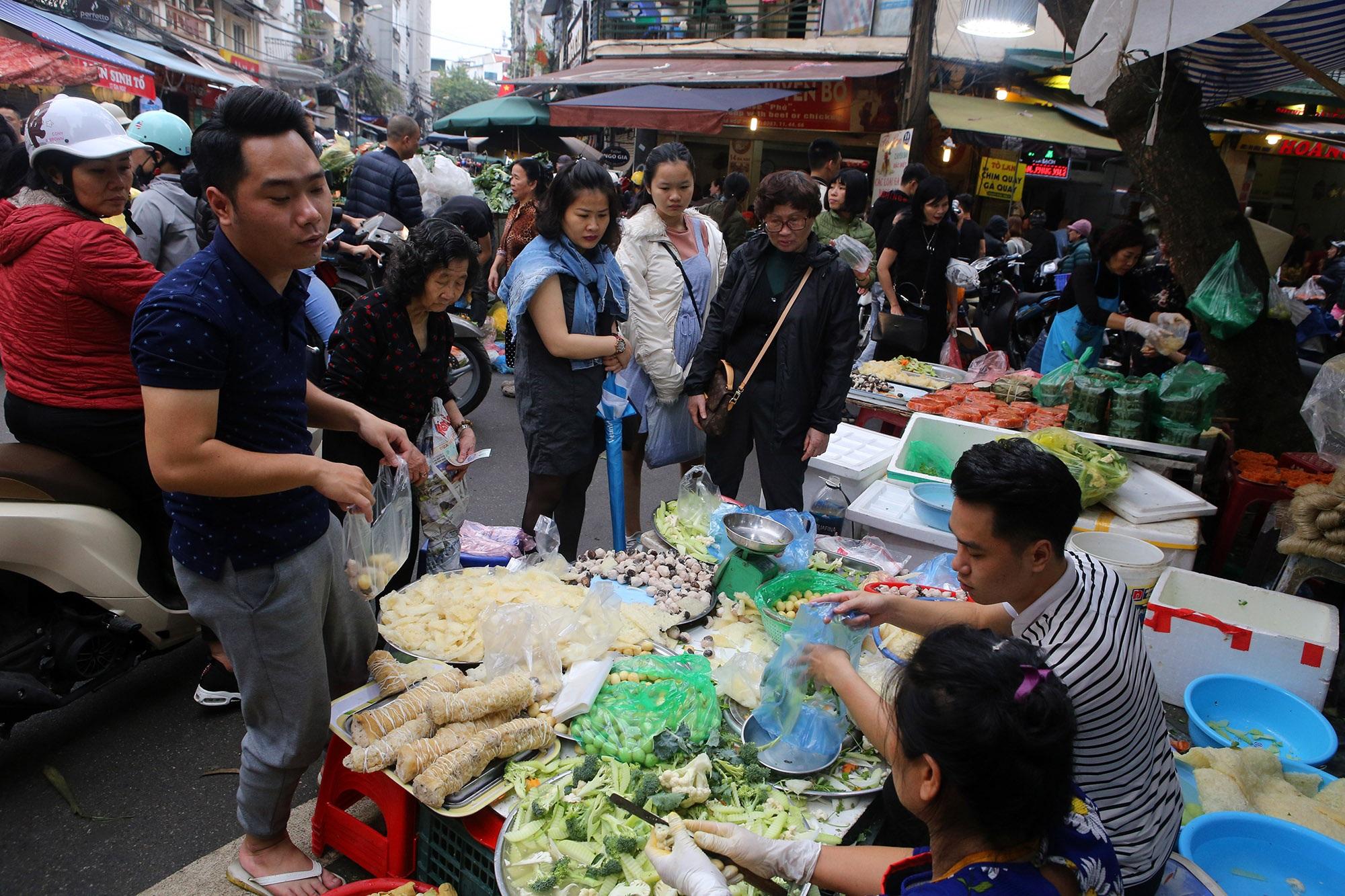Người Hà Nội chen chân trong phiên chợ cuối cùng của năm - 10