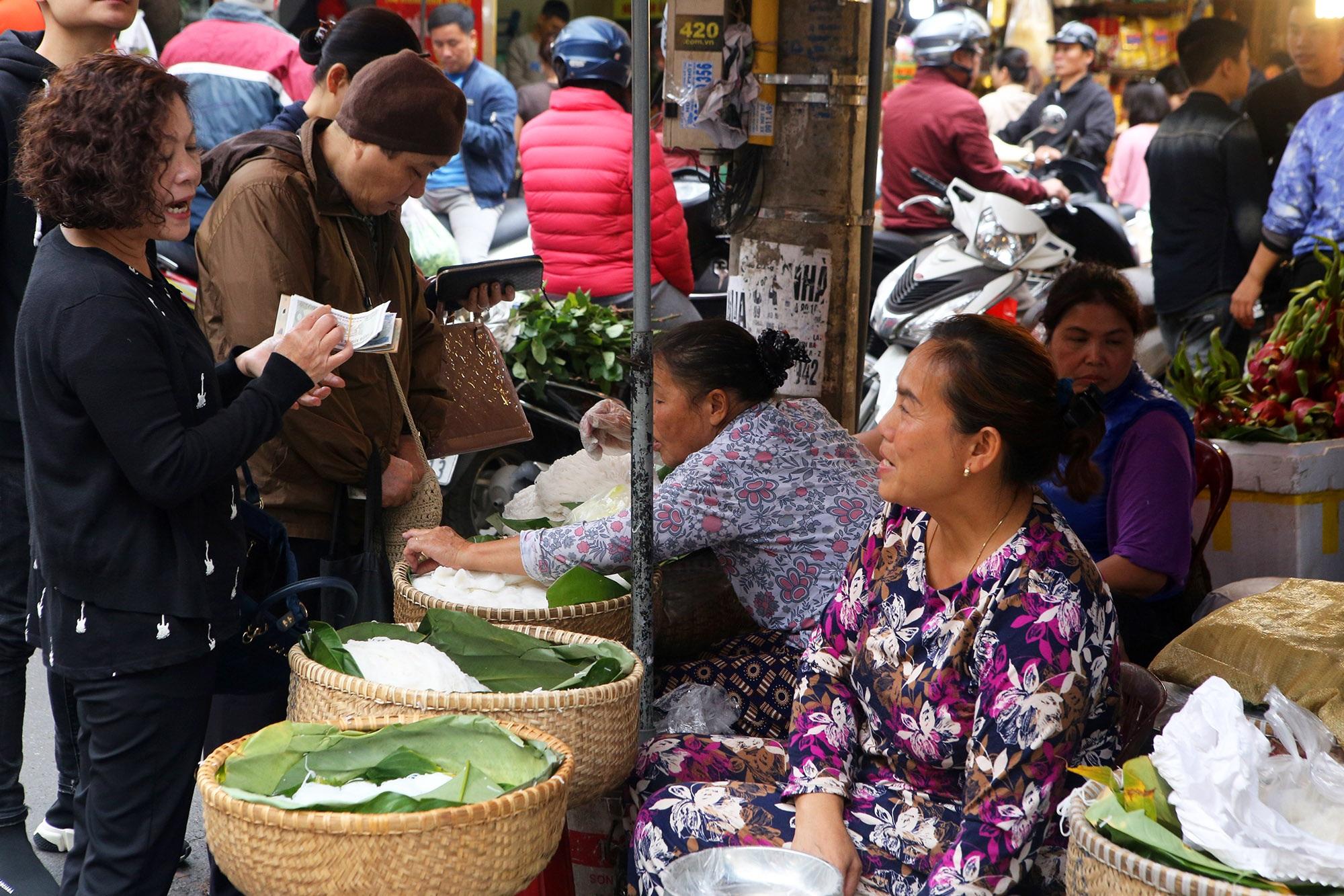 Người Hà Nội chen chân trong phiên chợ cuối cùng của năm - 11