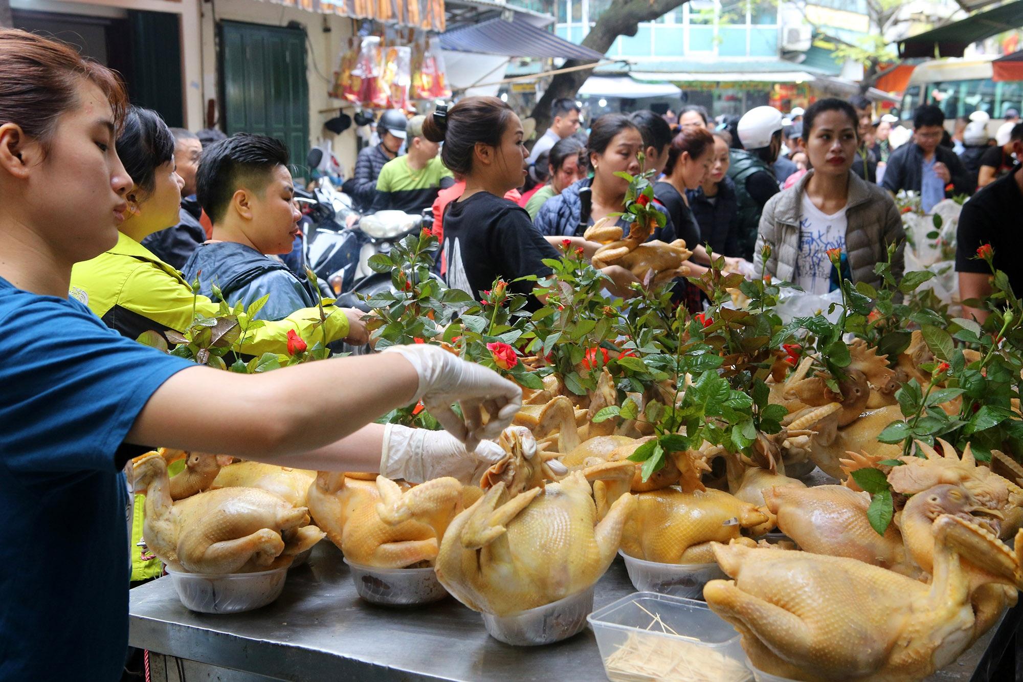 Người Hà Nội chen chân trong phiên chợ cuối cùng của năm - 2