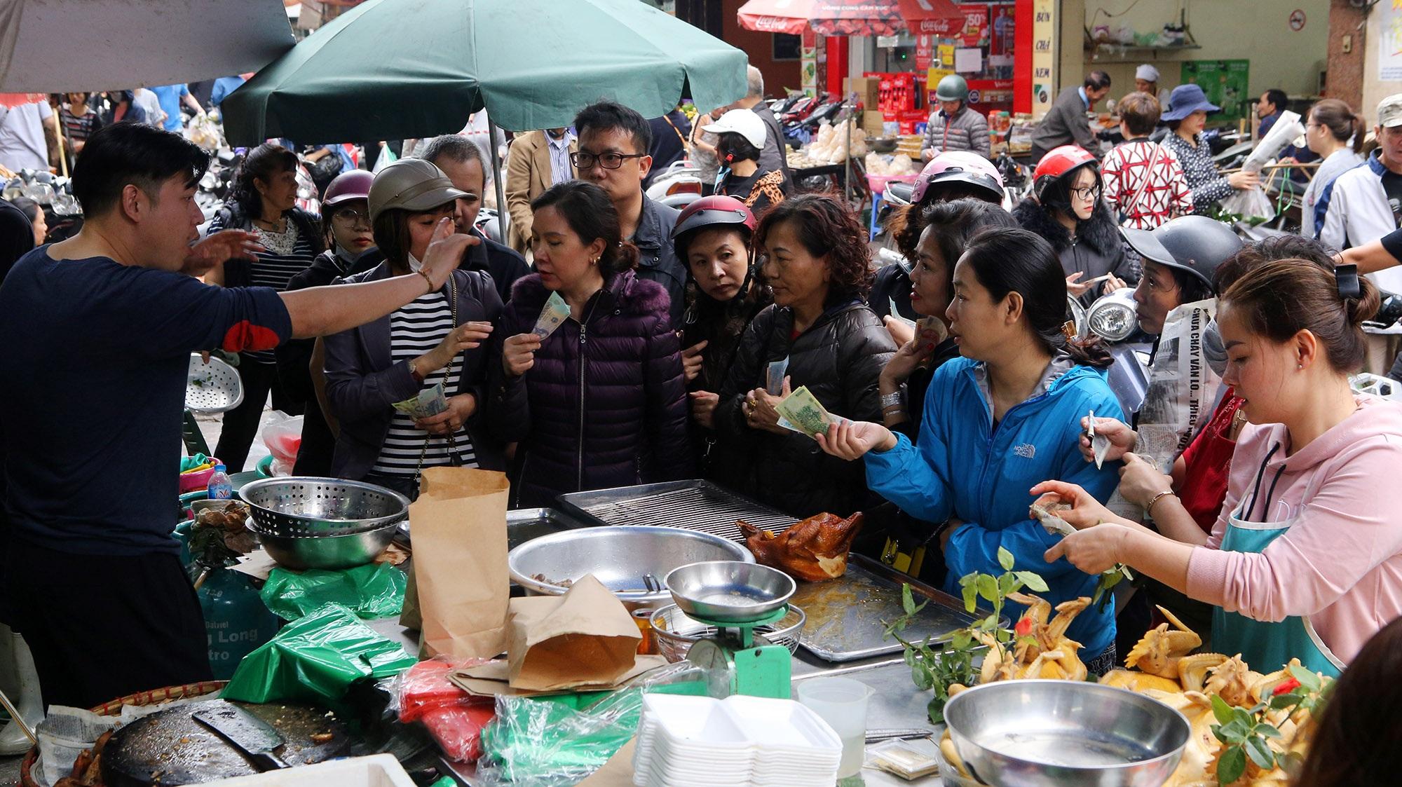 Người Hà Nội chen chân trong phiên chợ cuối cùng của năm - 4